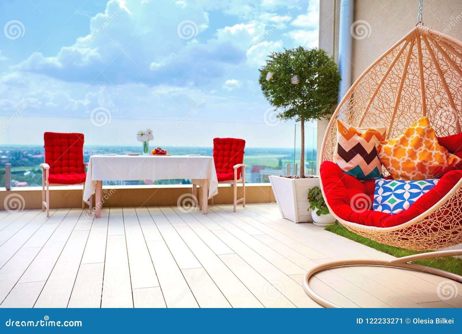 Secteur meublé de détente sur le secteur de patio de dessus de toit au jour d été chaud