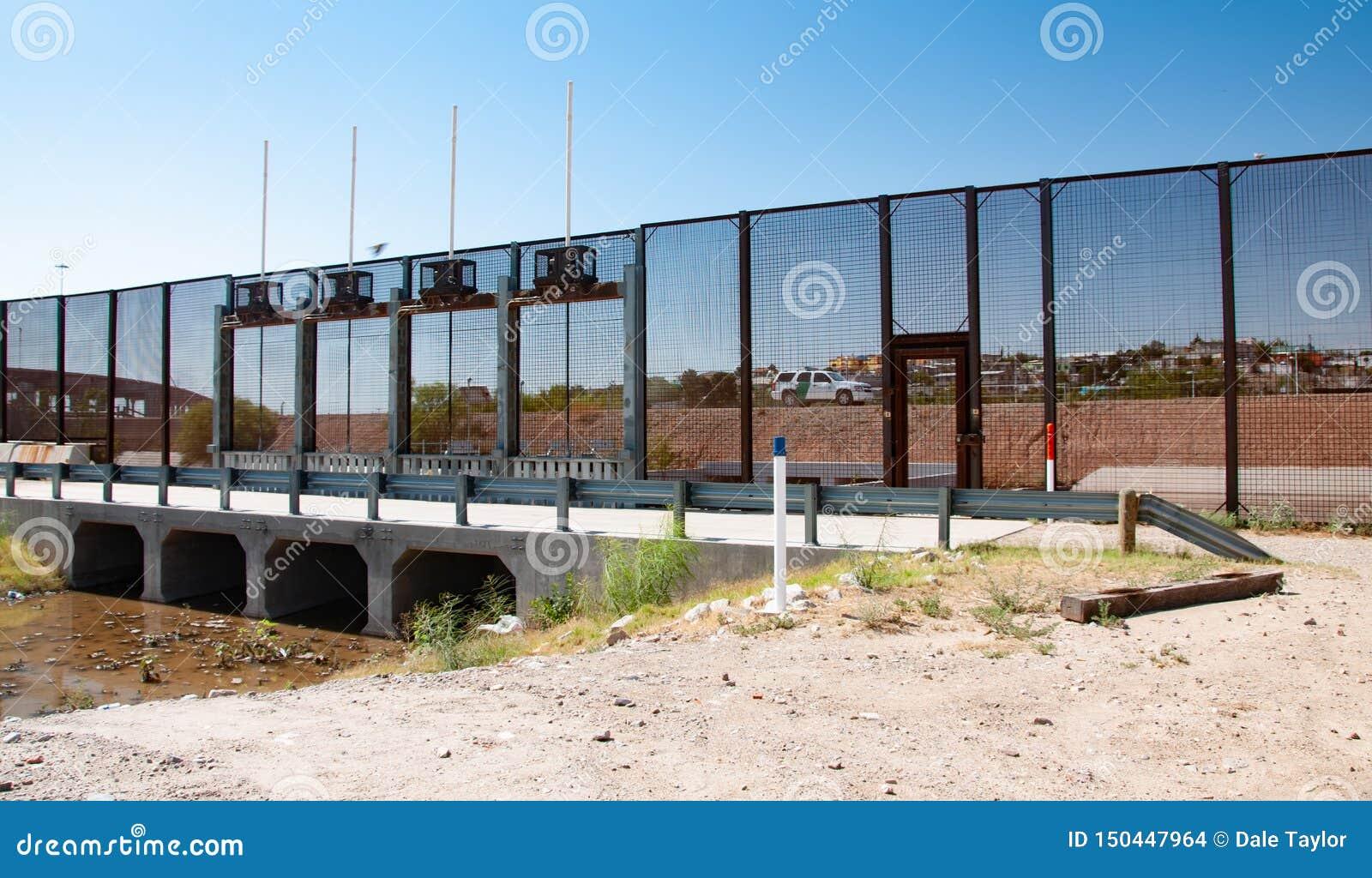 Sectie van internationale grensmuur in El Paso
