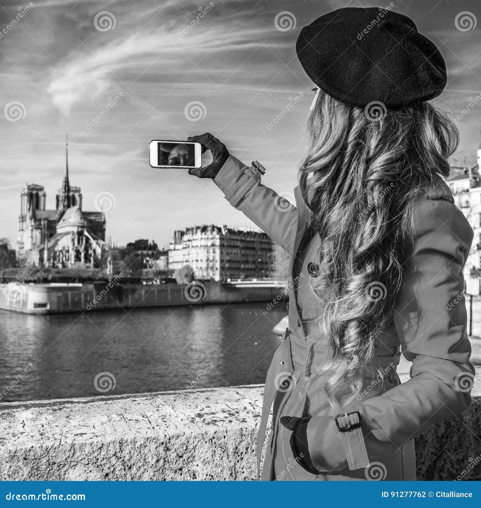 Sedd bakifrån ung kvinna i Paris som tar fotoet