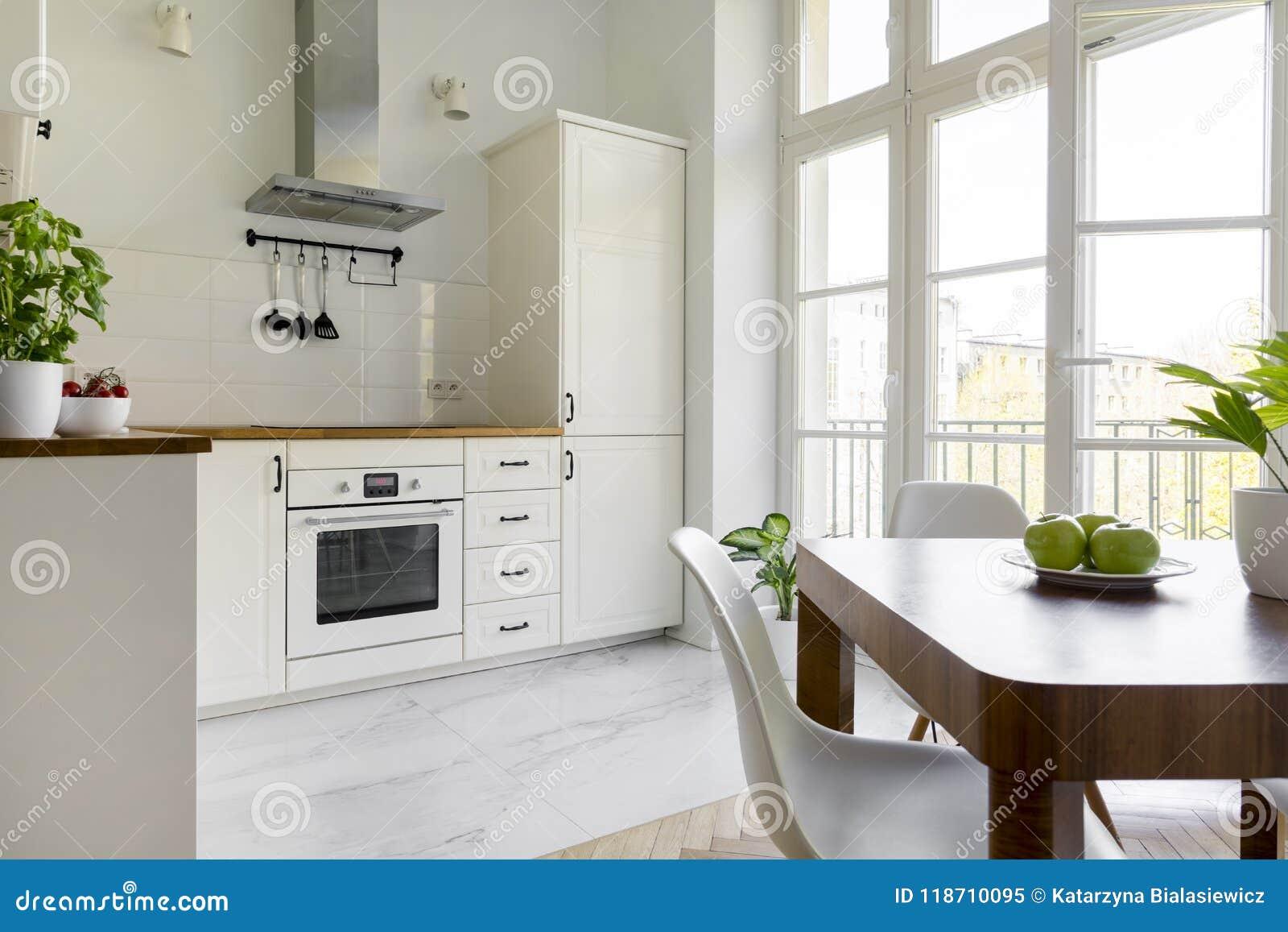 Sedie Da Cucina Bianche : Sedia bianca al tavolo da pranzo di legno nei wi interni della