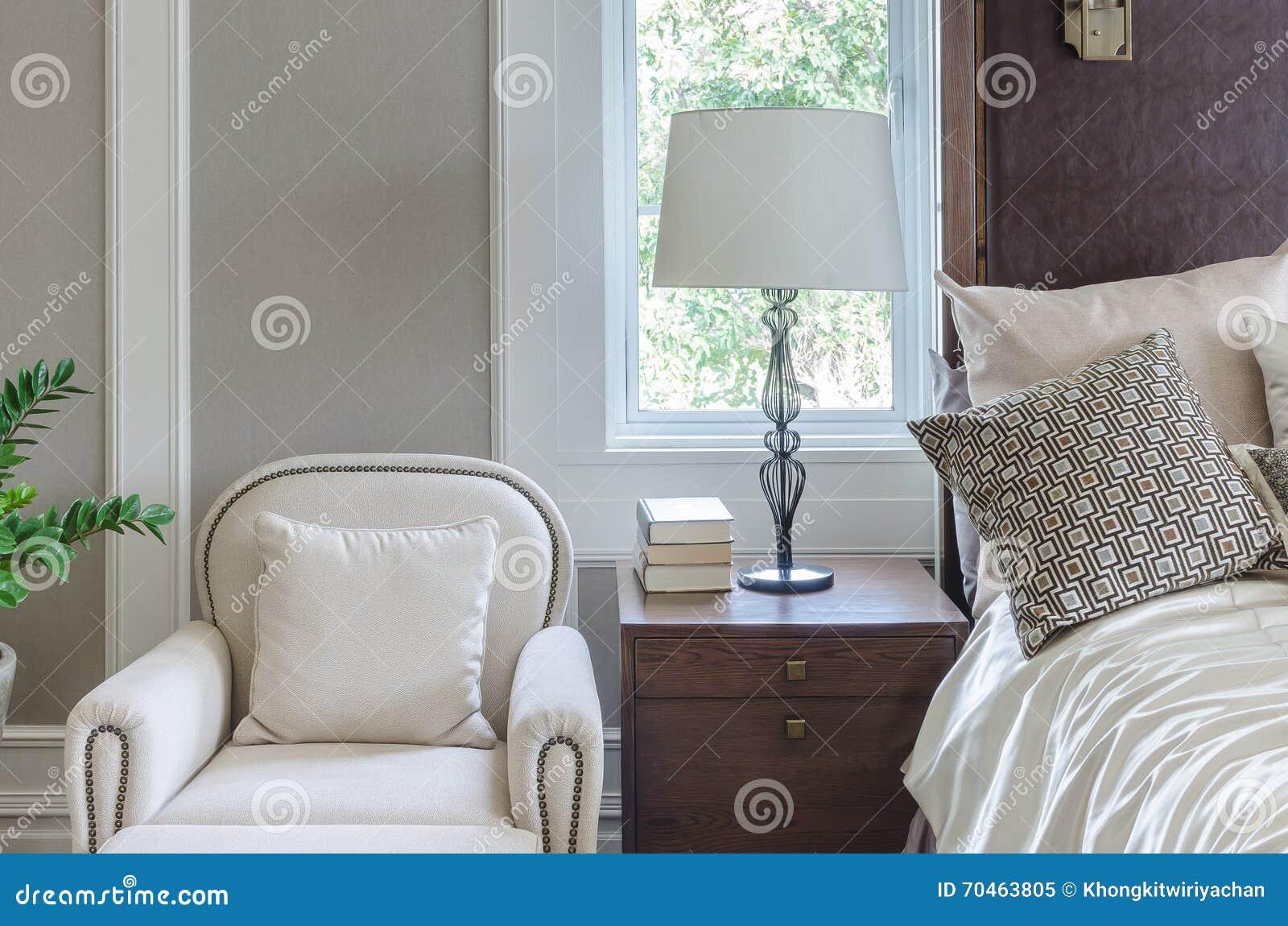 Sedia bianca di lusso nella progettazione classica della - Sedia camera da letto ...