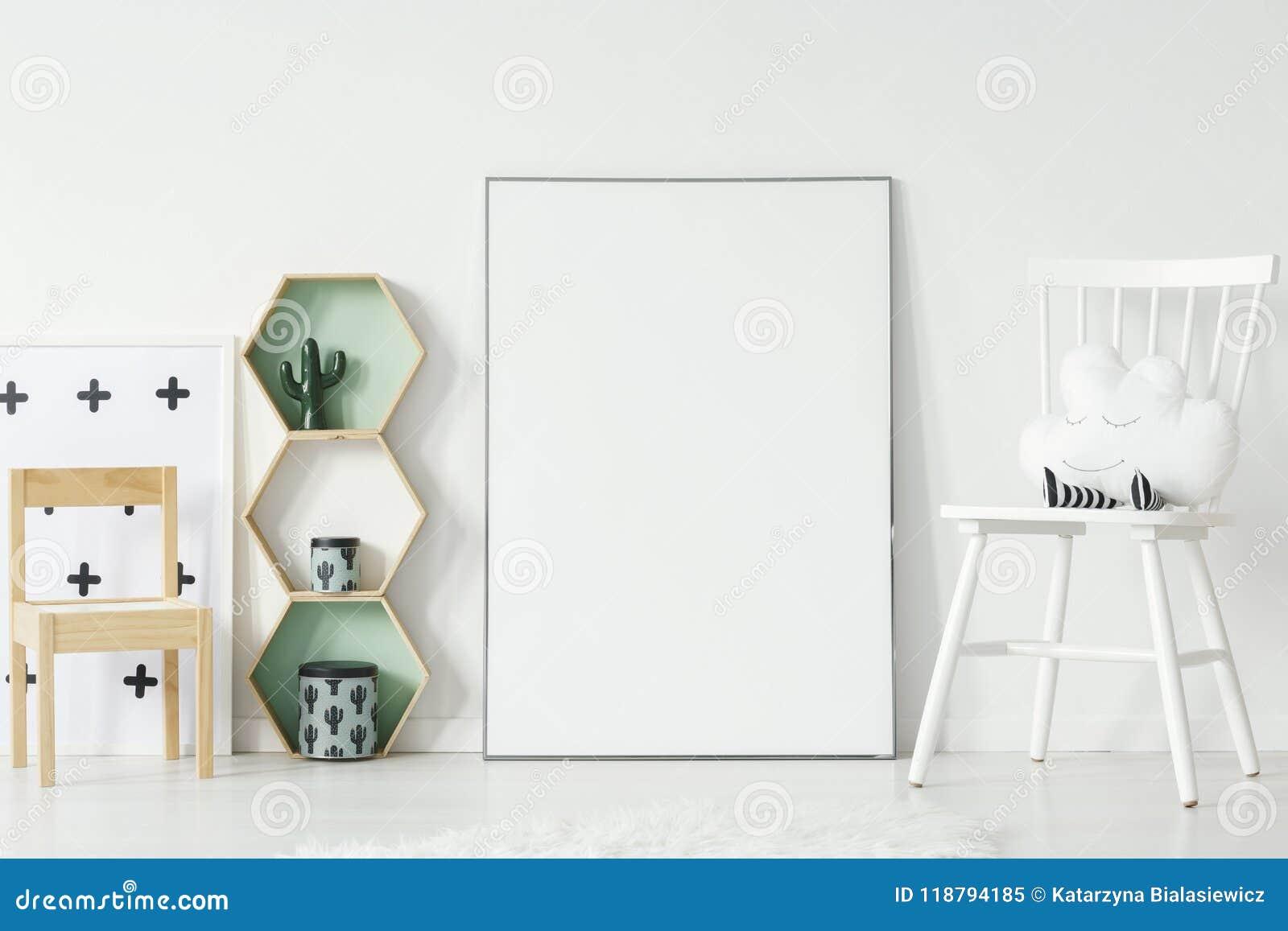 Sedia bianca e di legno nell interno della stanza del ` s del bambino con il modello del emp
