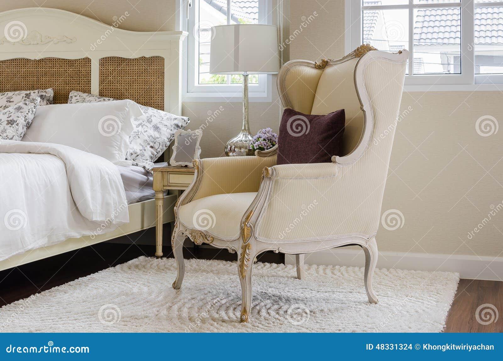 Sedia classica su tappeto con il cuscino in camera da letto di lusso