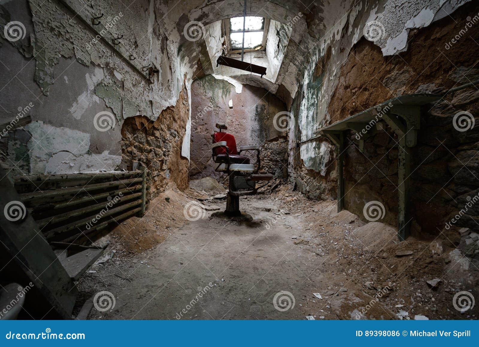 Sedia di barbiere rossa in una cella