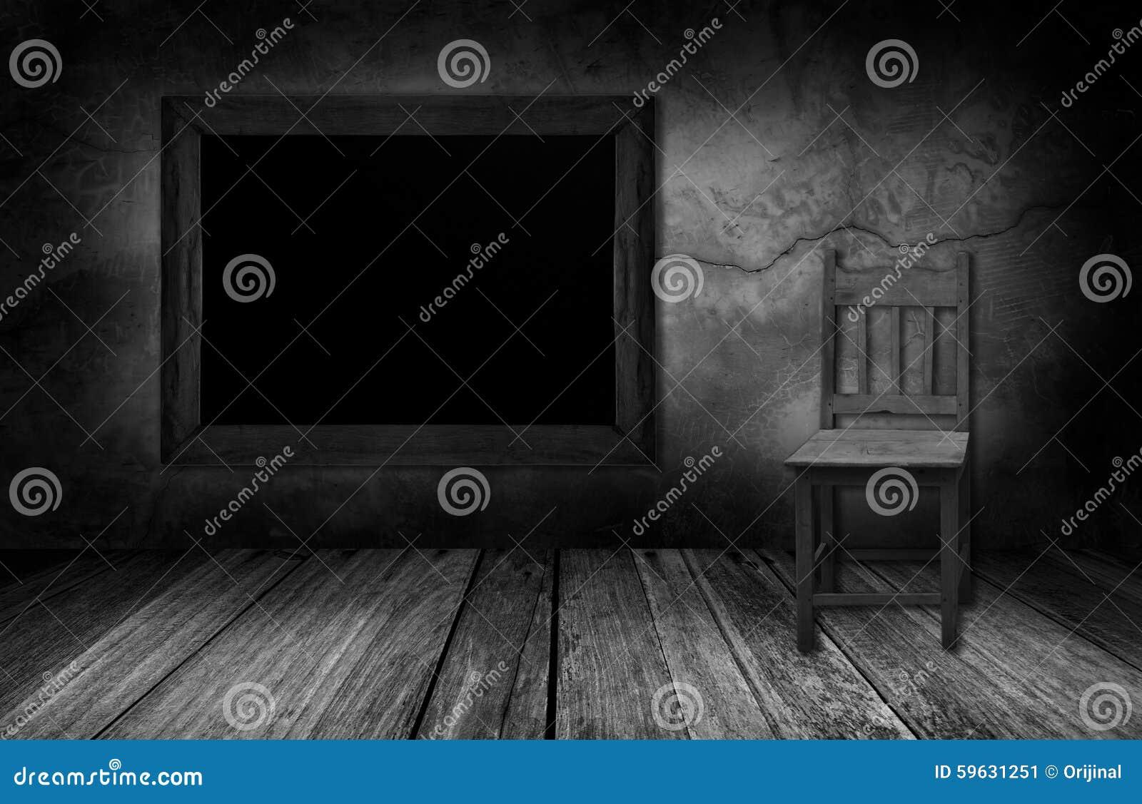 Sedia di legno e della lavagna nella stanza interna con la parete ...