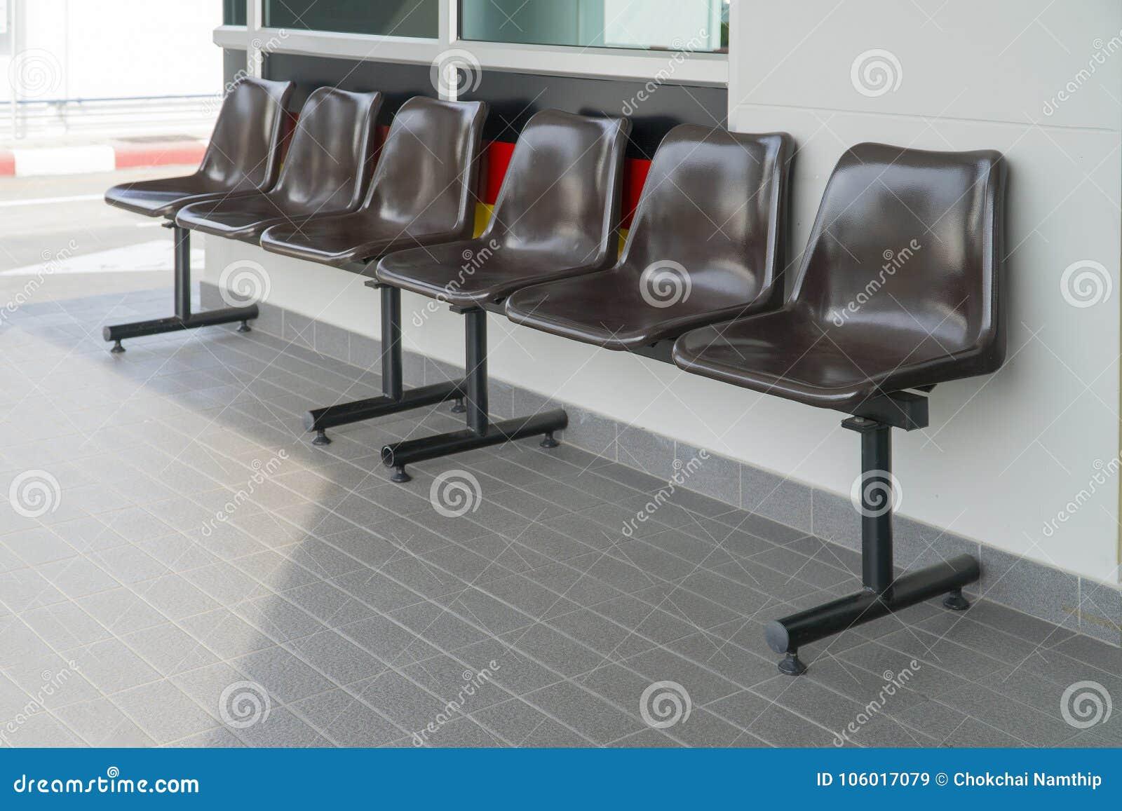 Sedia di plastica per marrone di seduta immagine stock immagine
