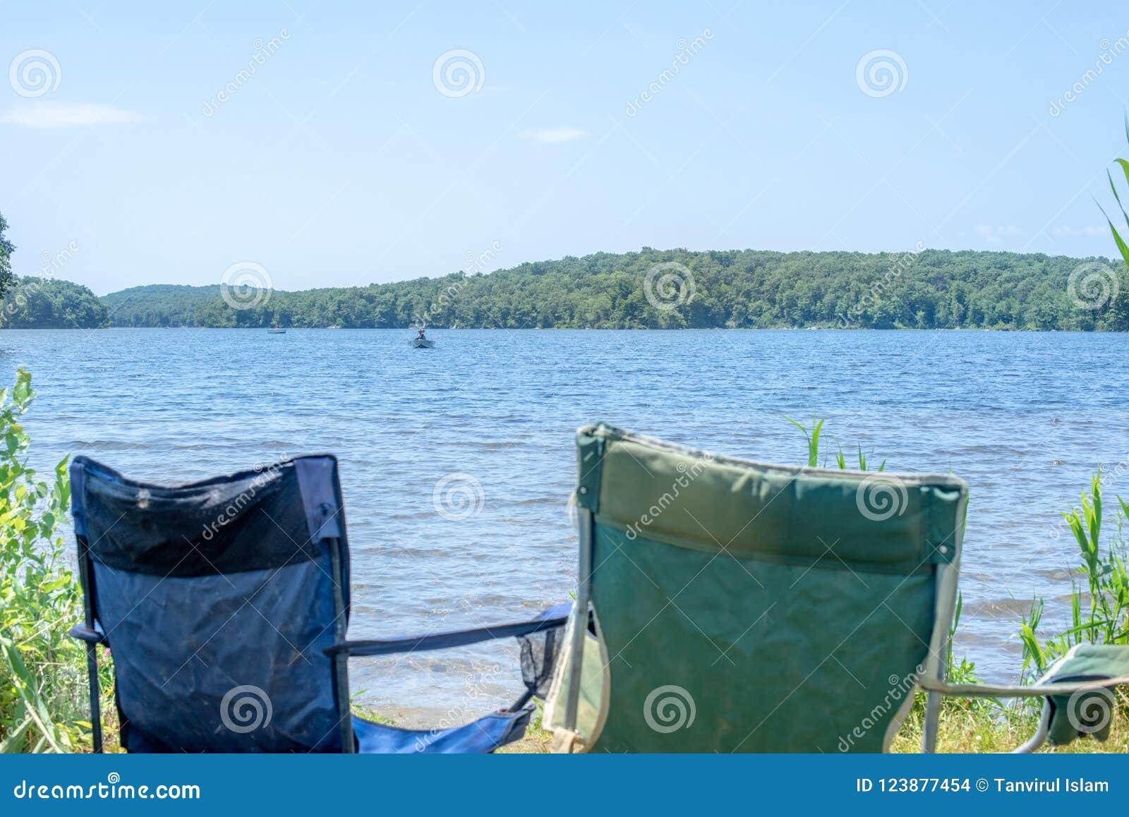Sedia emty di vacanza dal lato della spiaggia
