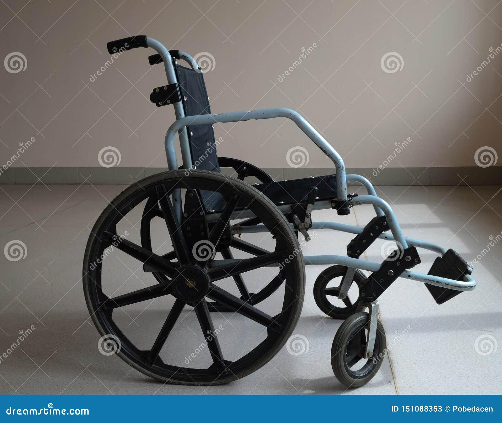 Sedia a rotelle nell ospedale vicino alla finestra