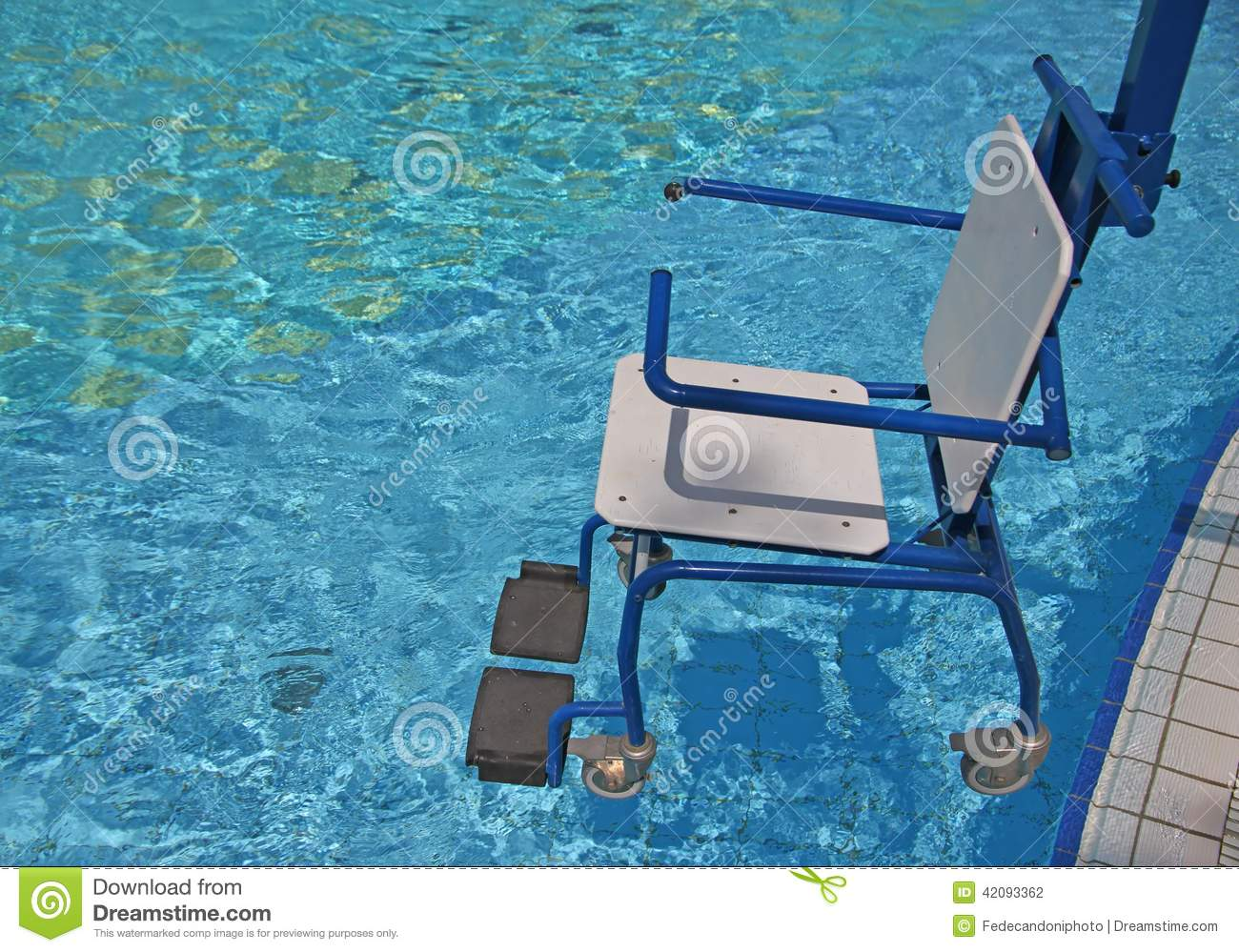 Sedia a rotelle per il disabile per la piscina 2 for Handicappato sedia a rotelle