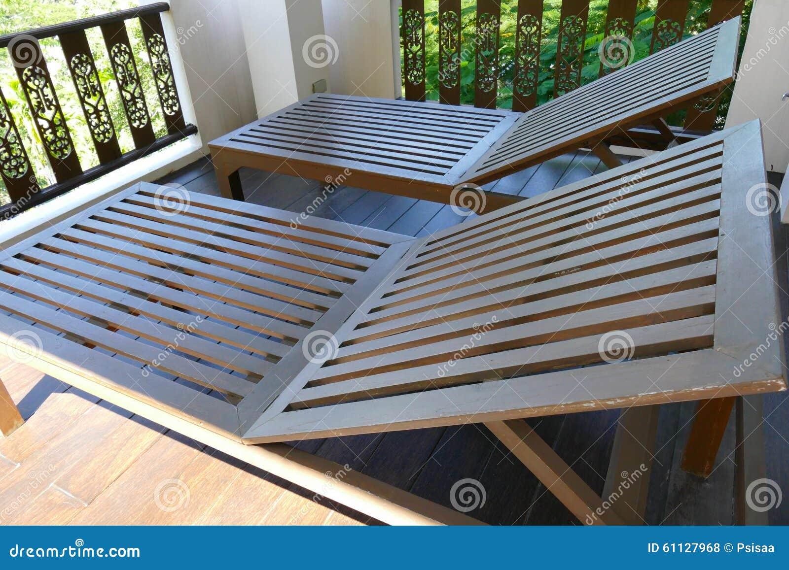 Sedia A Sdraio In Legno : Sedia a sdraio di legno al balcone fotografia stock immagine di