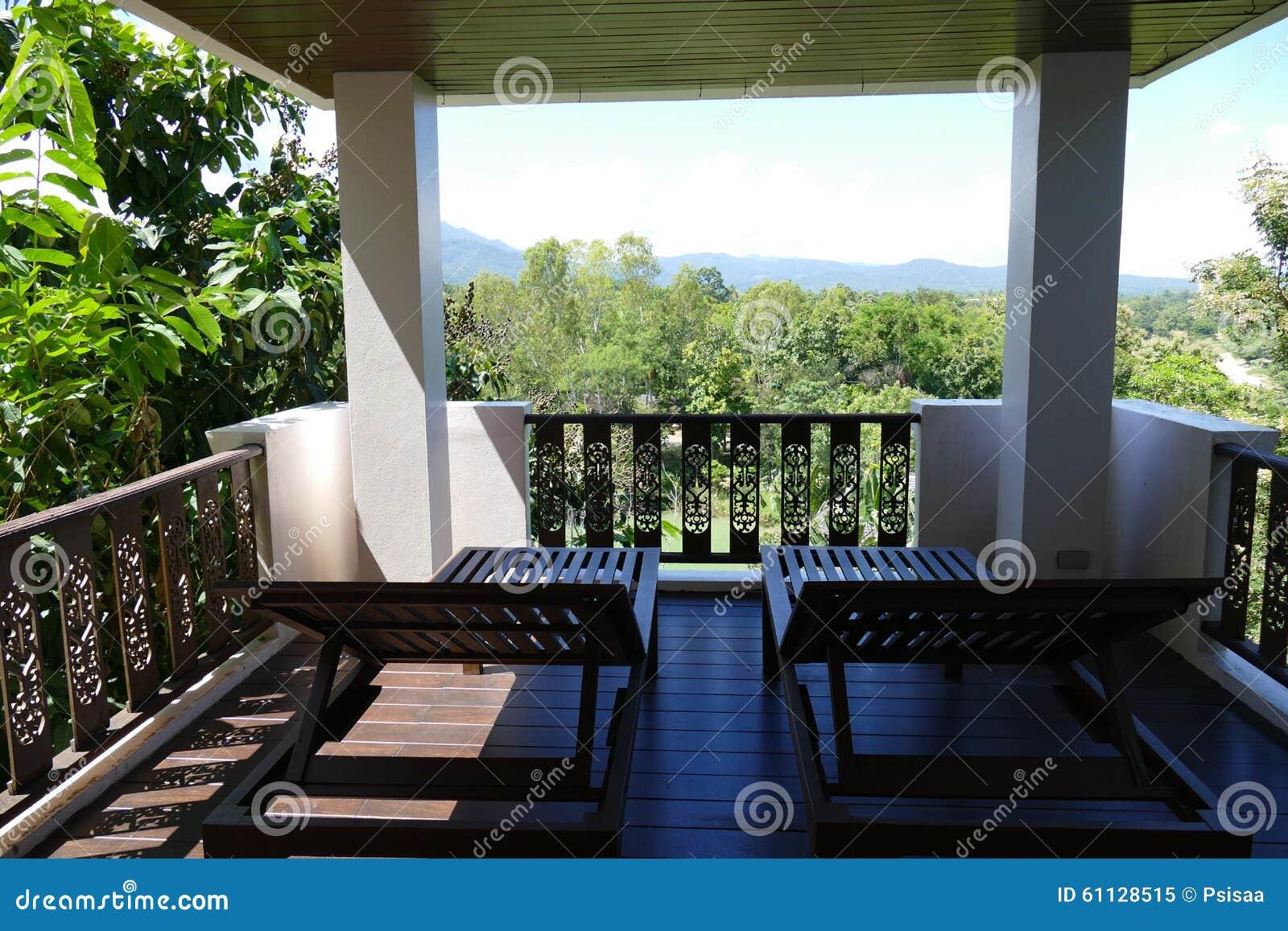 Sedia A Sdraio In Legno : Sedia a sdraio di legno al balcone con la vista del cielo e della