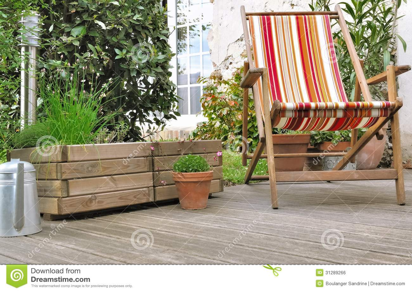 Sedia a sdraio sul terrazzo di legno fotografia stock for Sdraio da terrazzo
