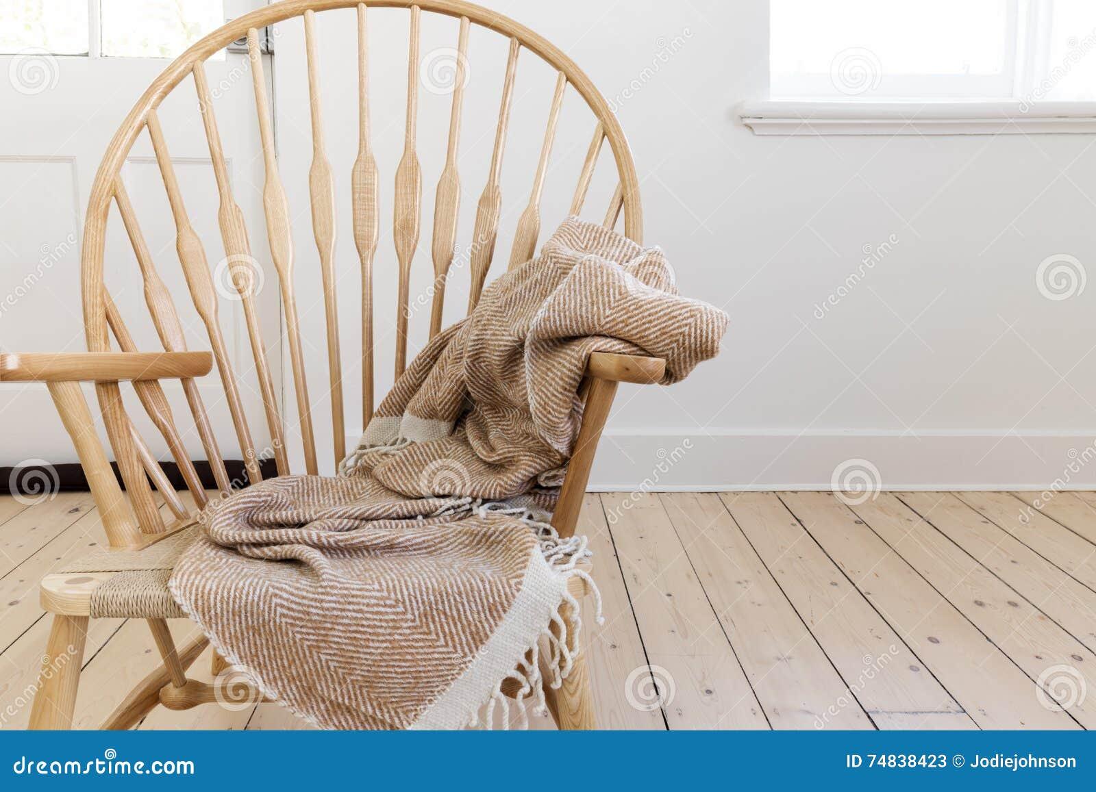 Sedie Stile Windsor : Sedia stile country di legno con la coperta e lo spazio strutturati