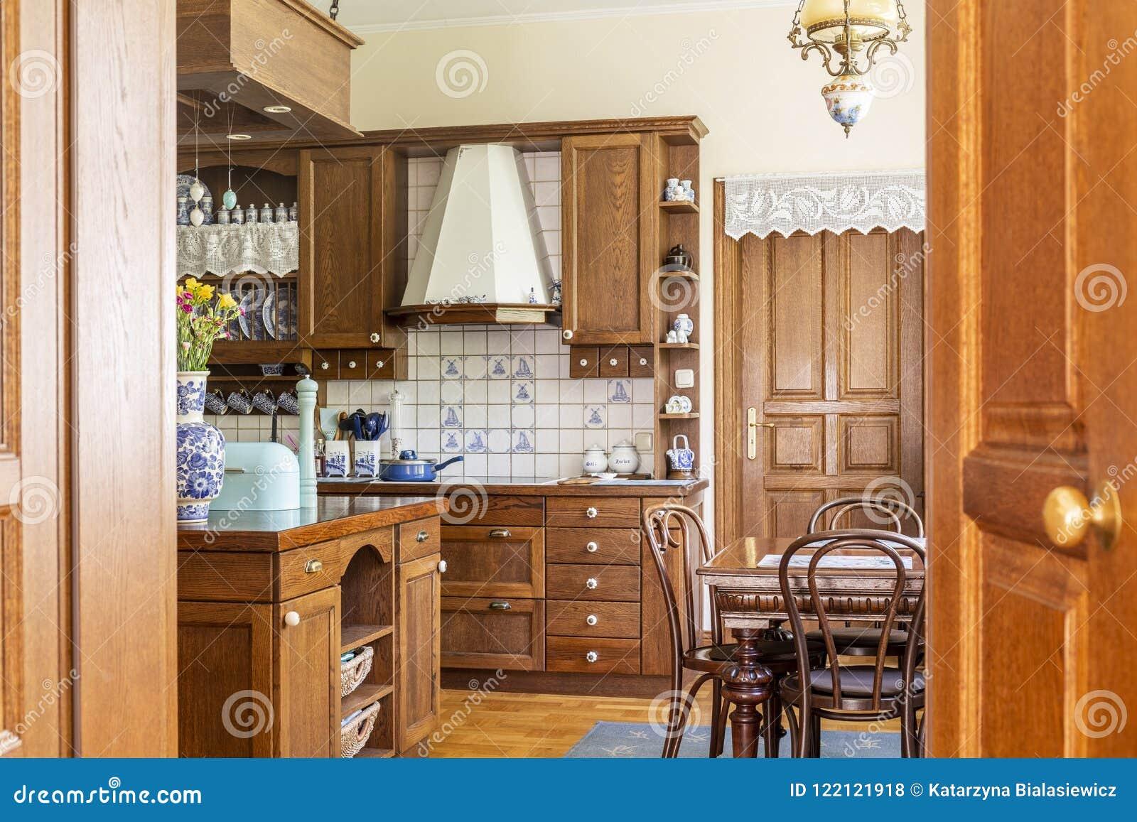 Tavoli Da Pranzo Classici : Sedie al tavolo da pranzo nell interno di legno classico della
