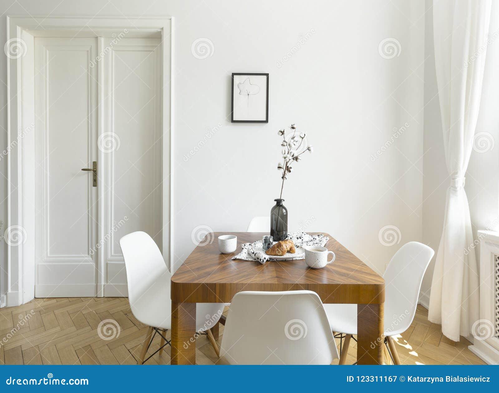 Sedie Bianche Legno : Sedie bianche alla tavola di legno nello spirito minimo dellinterno