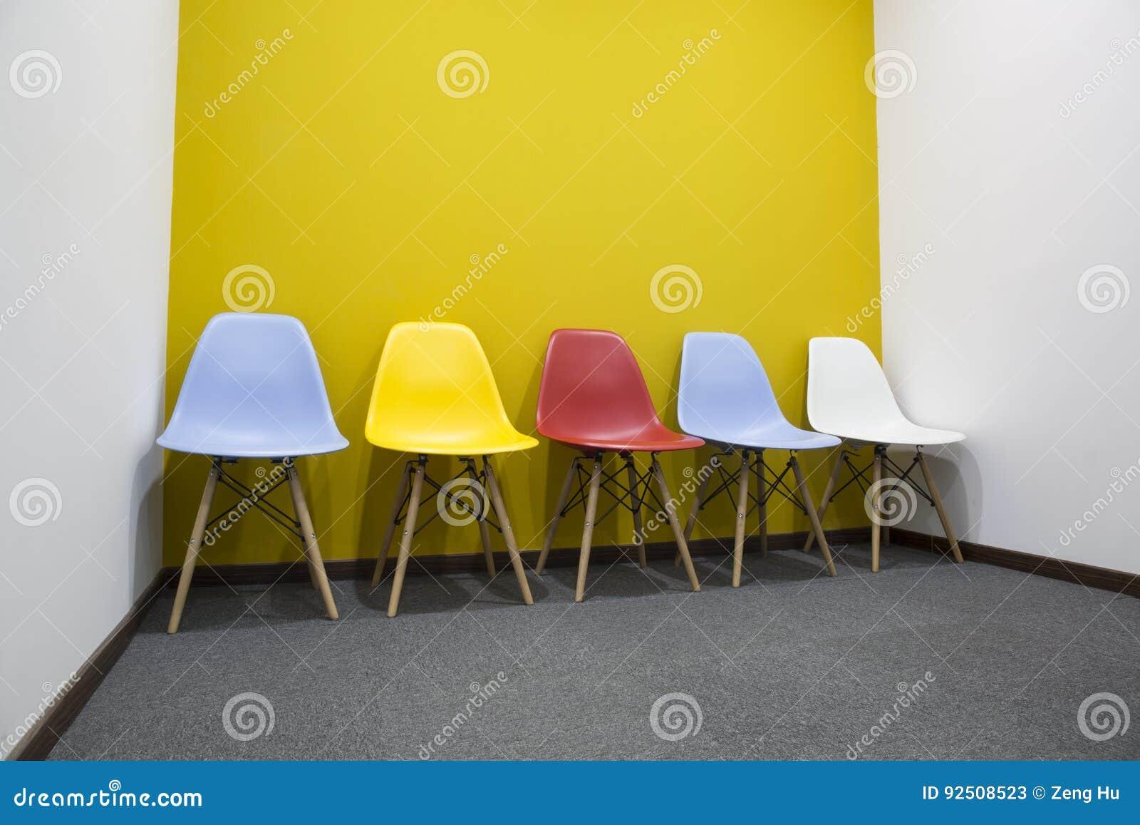 Parete Verde Ufficio : Sedie con la parete gialla in ufficio immagine stock immagine di