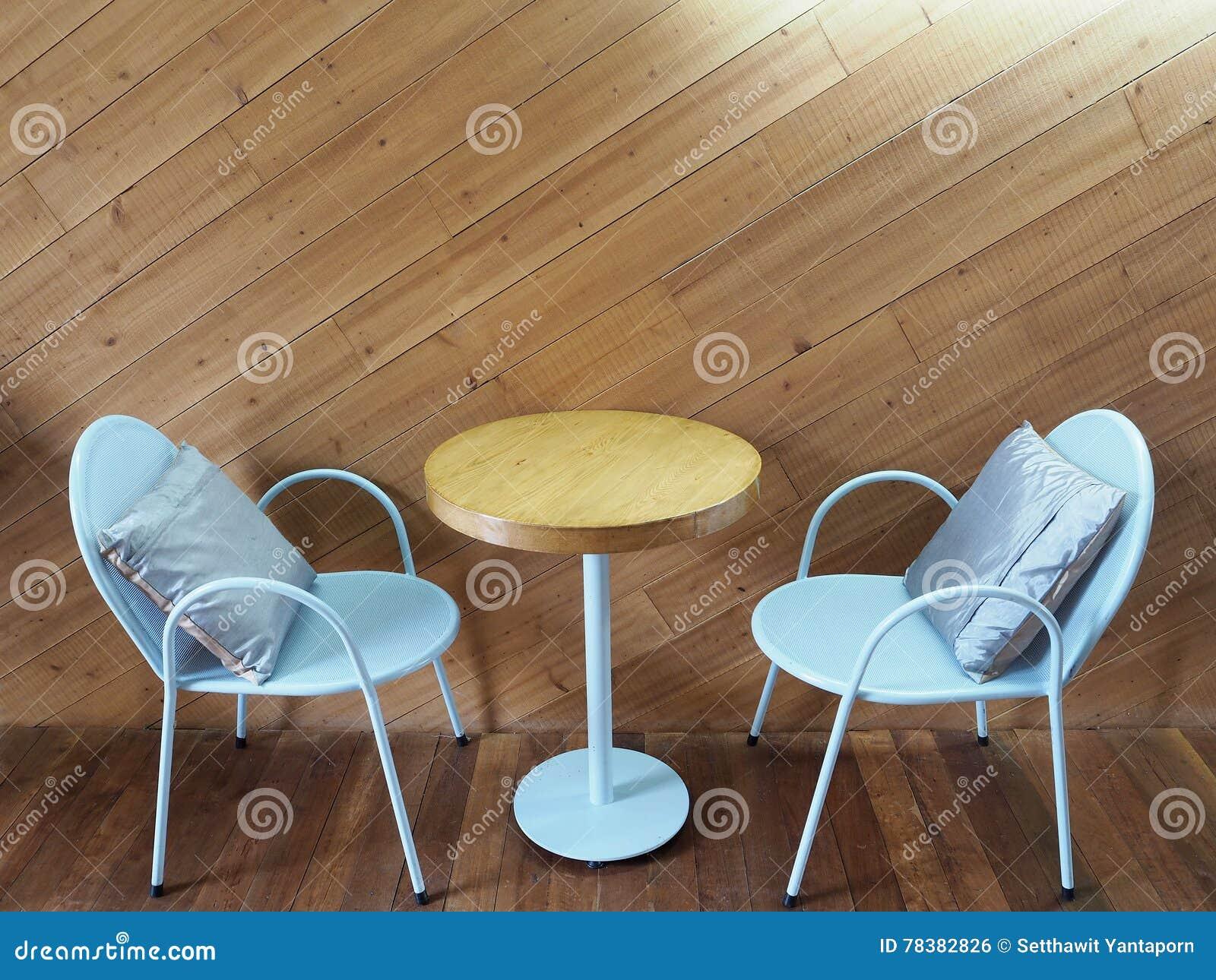 Sedie Bianche E Legno : Sedie dacciaio bianche e tavola di legno in ristorante fotografia