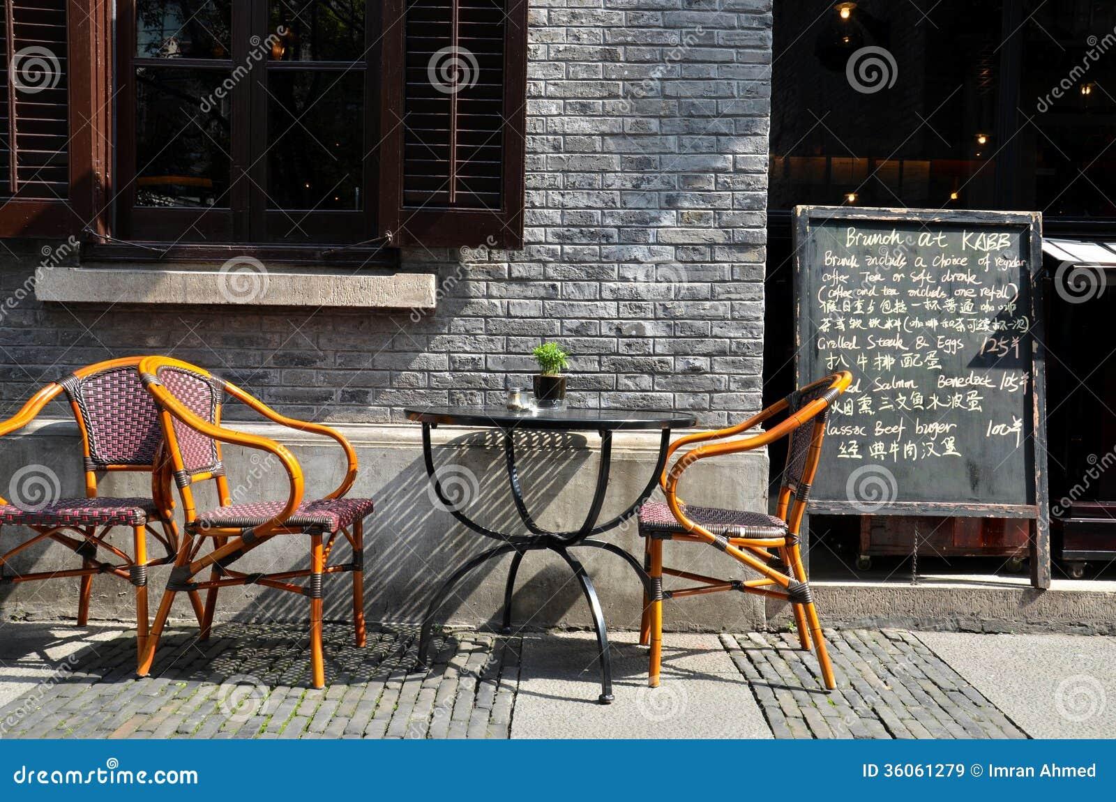 Sedie di canna della tavola del ristorante e menu al fresco della lavagna