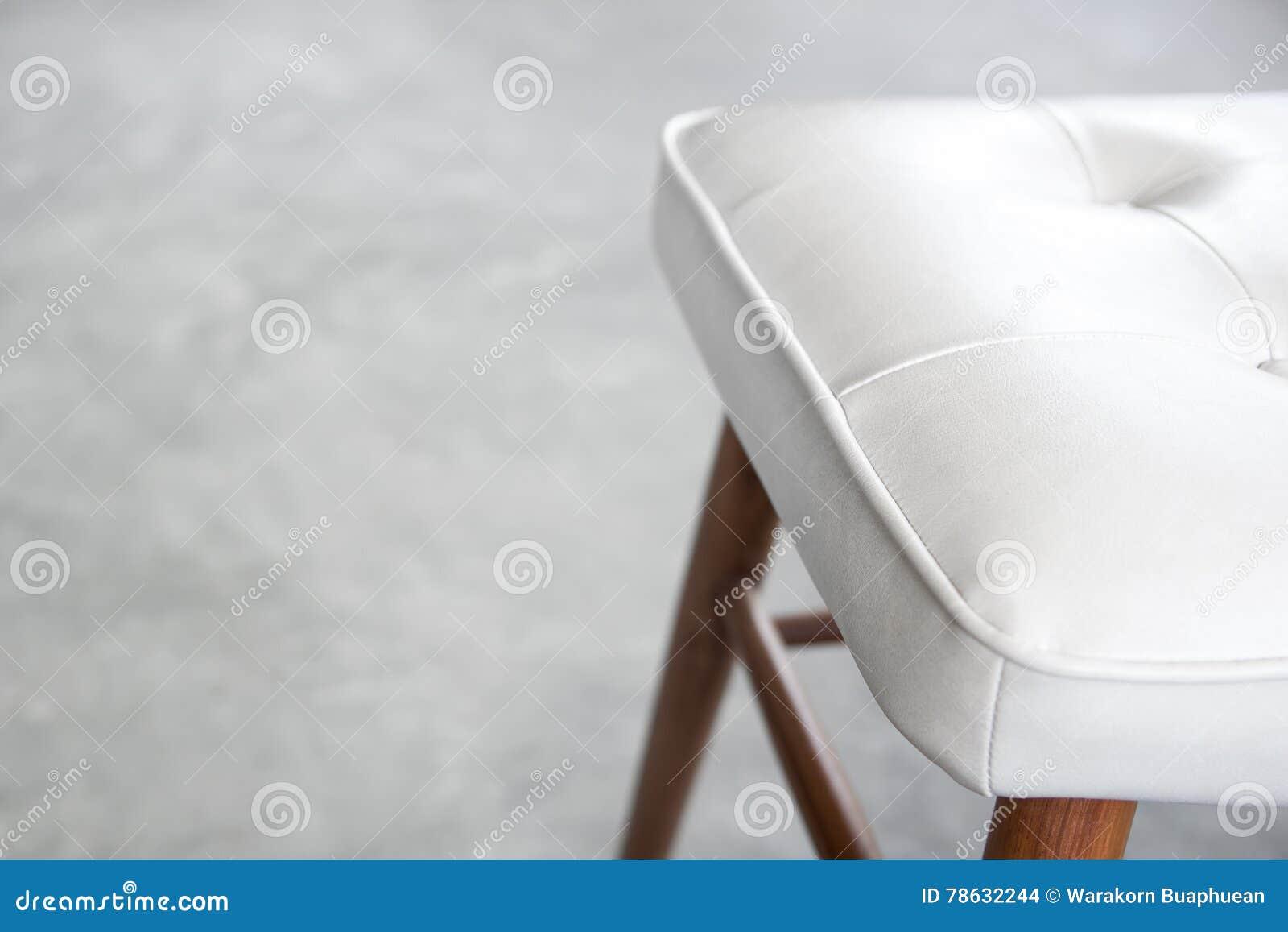 Sedie Bianche Legno : Sedie di cuoio bianche e gambe di legno della sedia con il pavimento