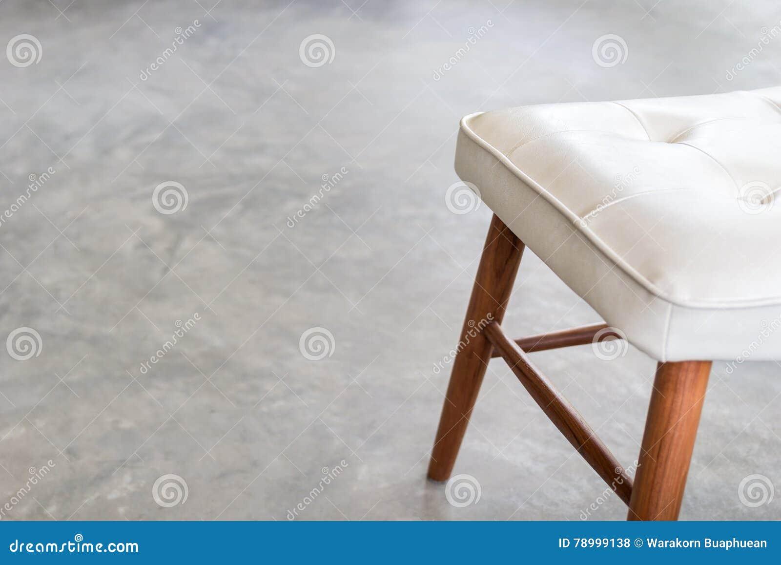 Sedie Bianche Con Gambe Legno.Cuoio Di Con Pavimento Sedia Bianche Legno Il E Gambe Della