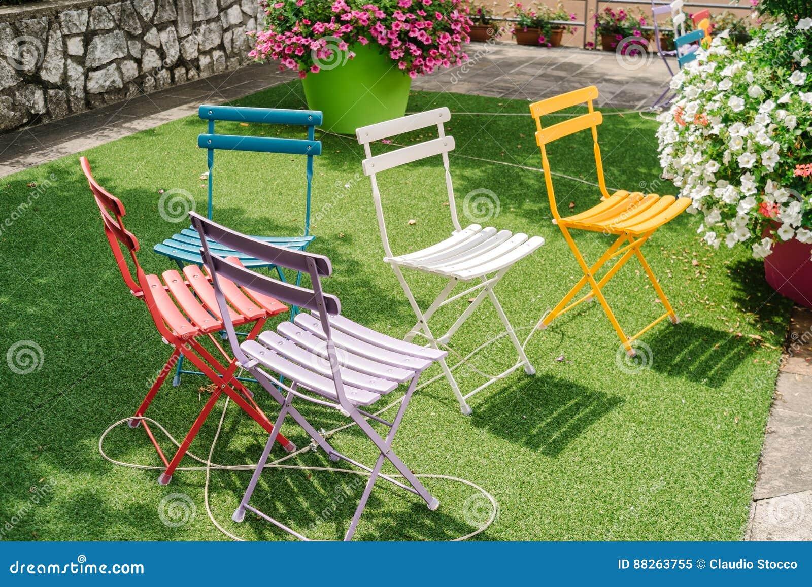 Sedie Da Esterno Colorate.Sedie Di Giardino Colorate Immagine Stock Immagine Di Aperto