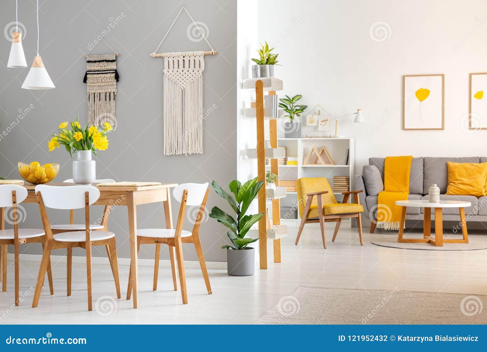 Sedie Bianche E Legno : Sedie di legno bianche al tavolo da pranzo in interio luminoso
