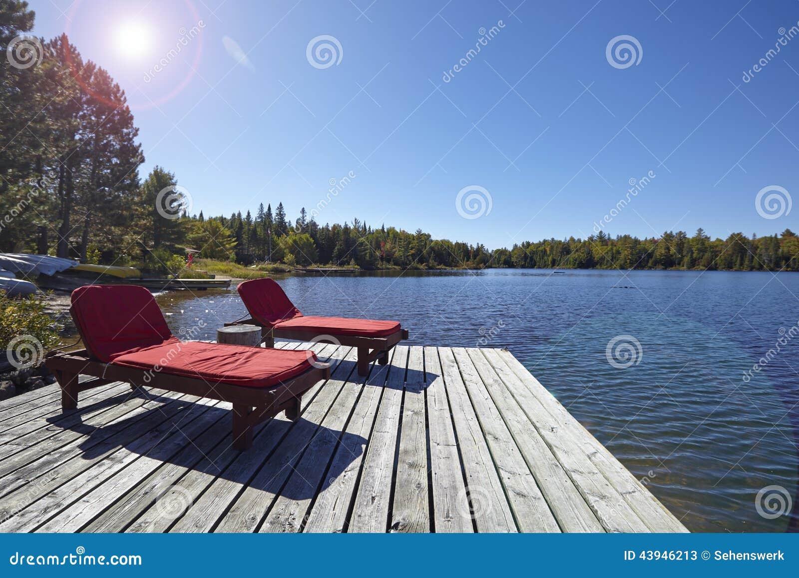 Sedie di legno che trascurano un lago immagine stock for Sedie lago prezzi