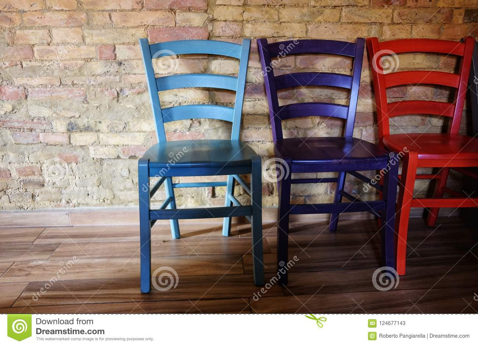 Sedie di legno colorate immagine stock. Immagine di vuoto ...