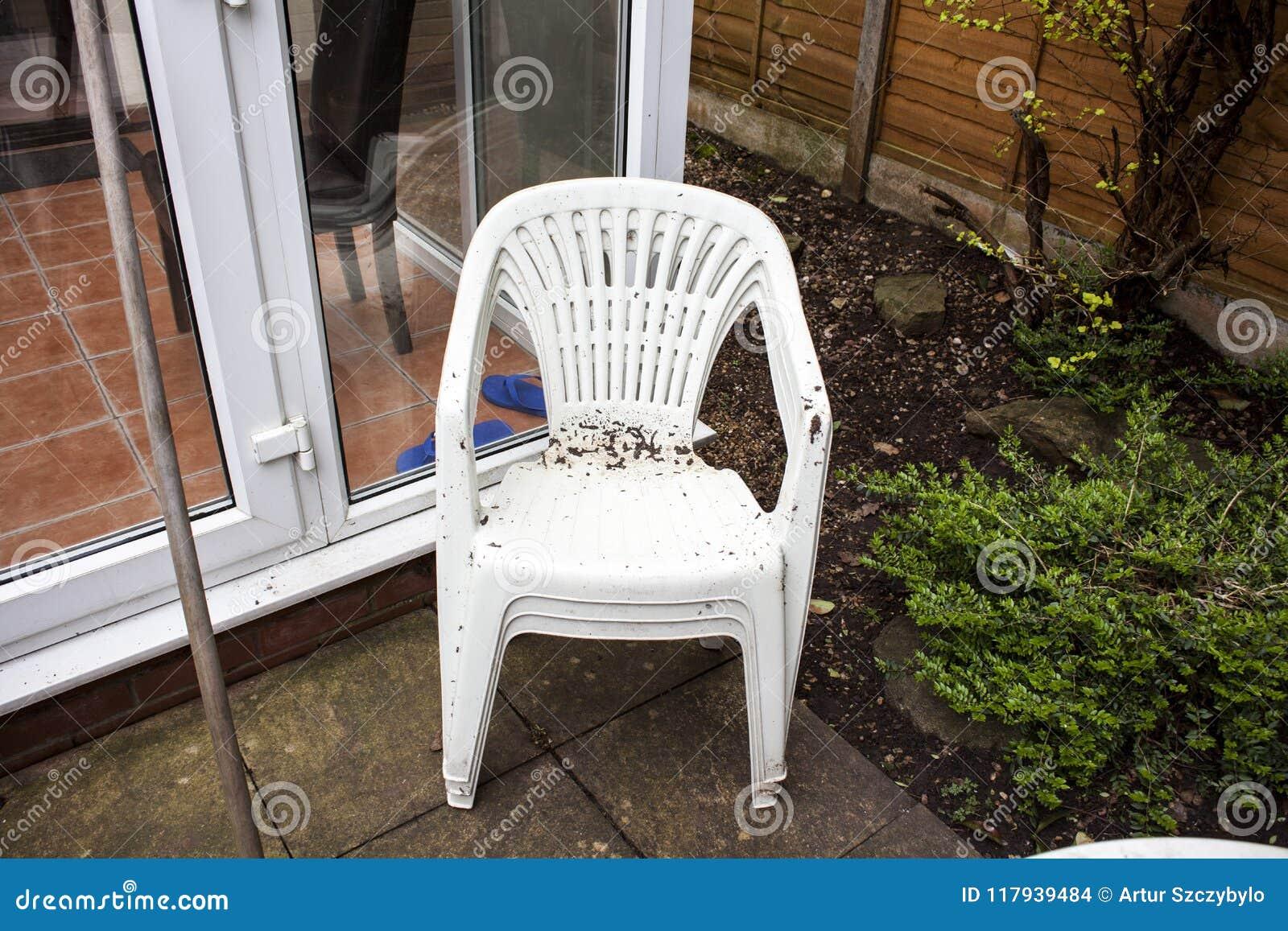 Sedie Di Plastica Usate : Sedie di plastica del giardino sporco pronte per pulire
