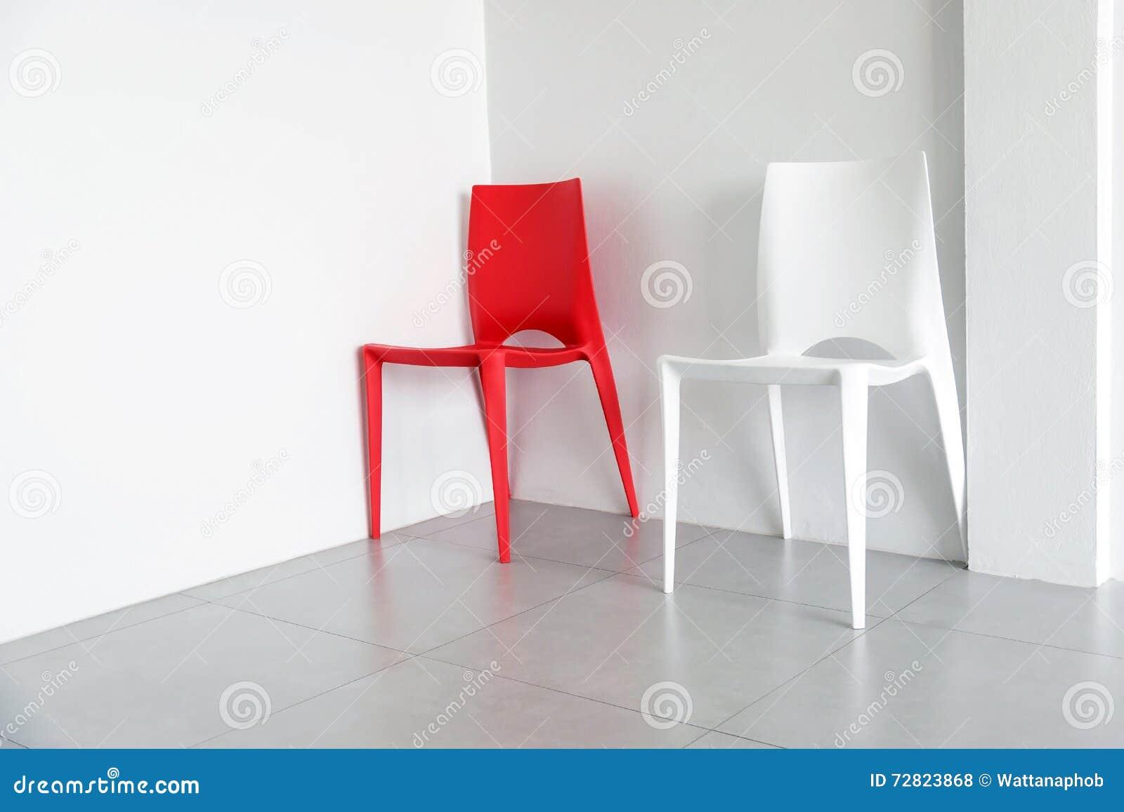 Sedie In Plastica Stock.Sedie Di Plastica Rosse E Bianche Fotografia Stock Immagine Di