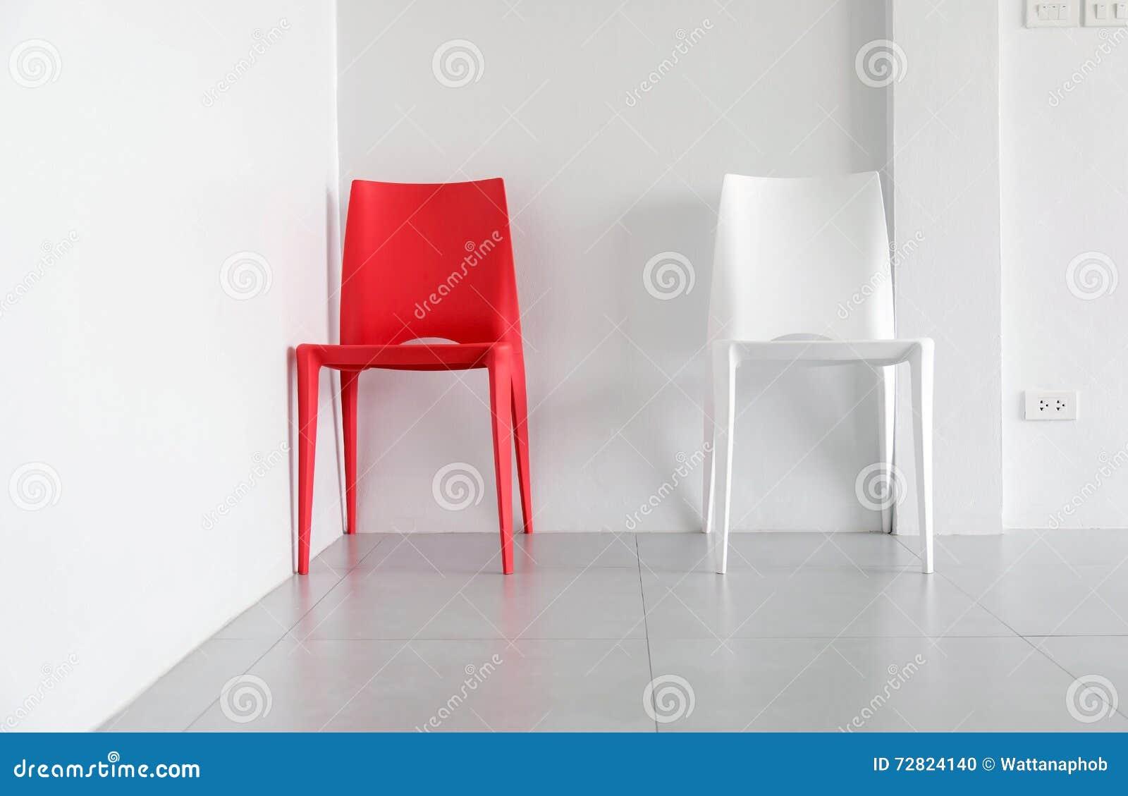 Sedie di plastica rosse e bianche fotografia stock for Sedie in ecopelle rosse