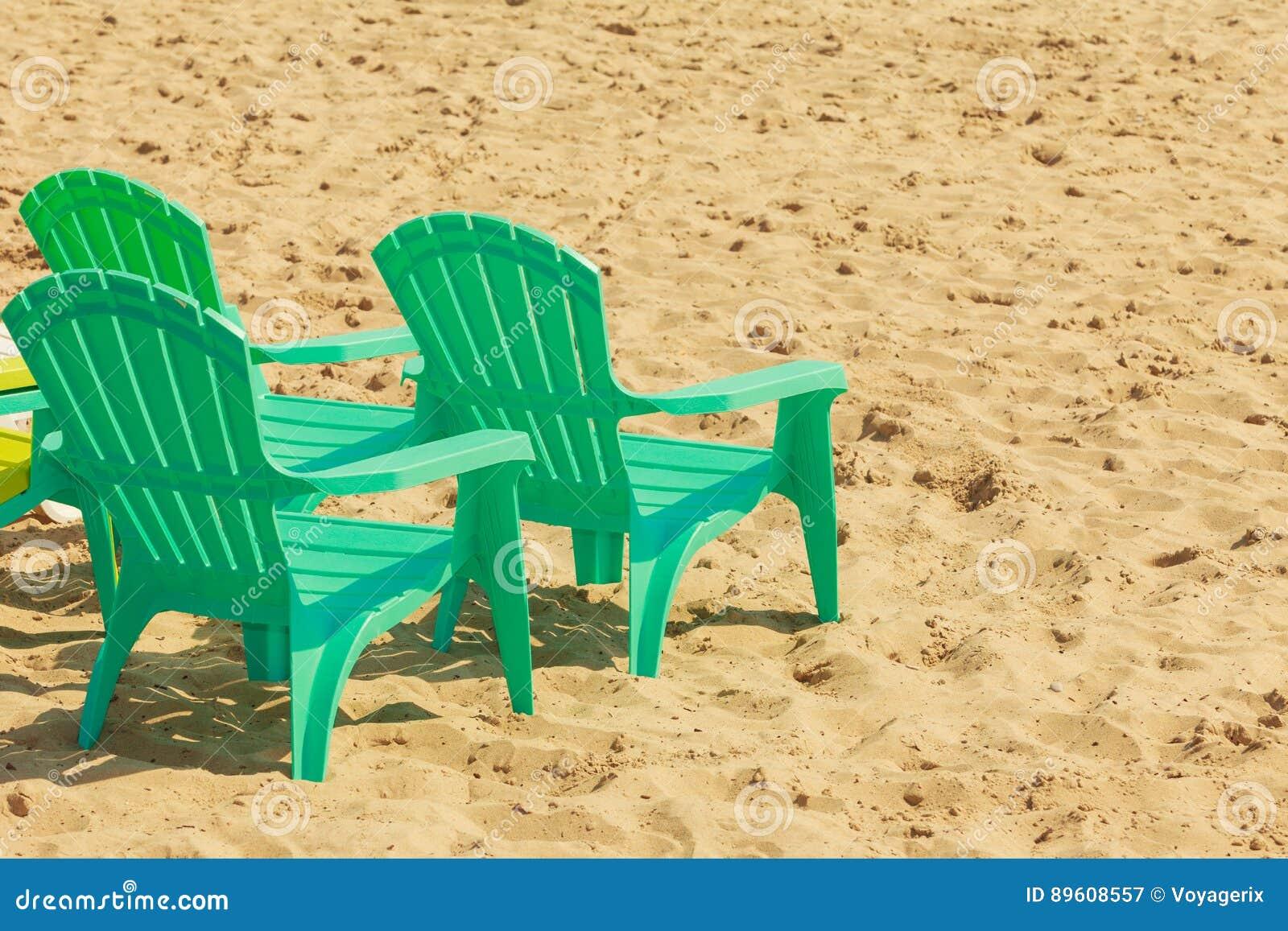 Sedie Verdi Di Plastica.Sedie Di Plastica Verdi Sulla Sabbia Immagine Stock Immagine Di