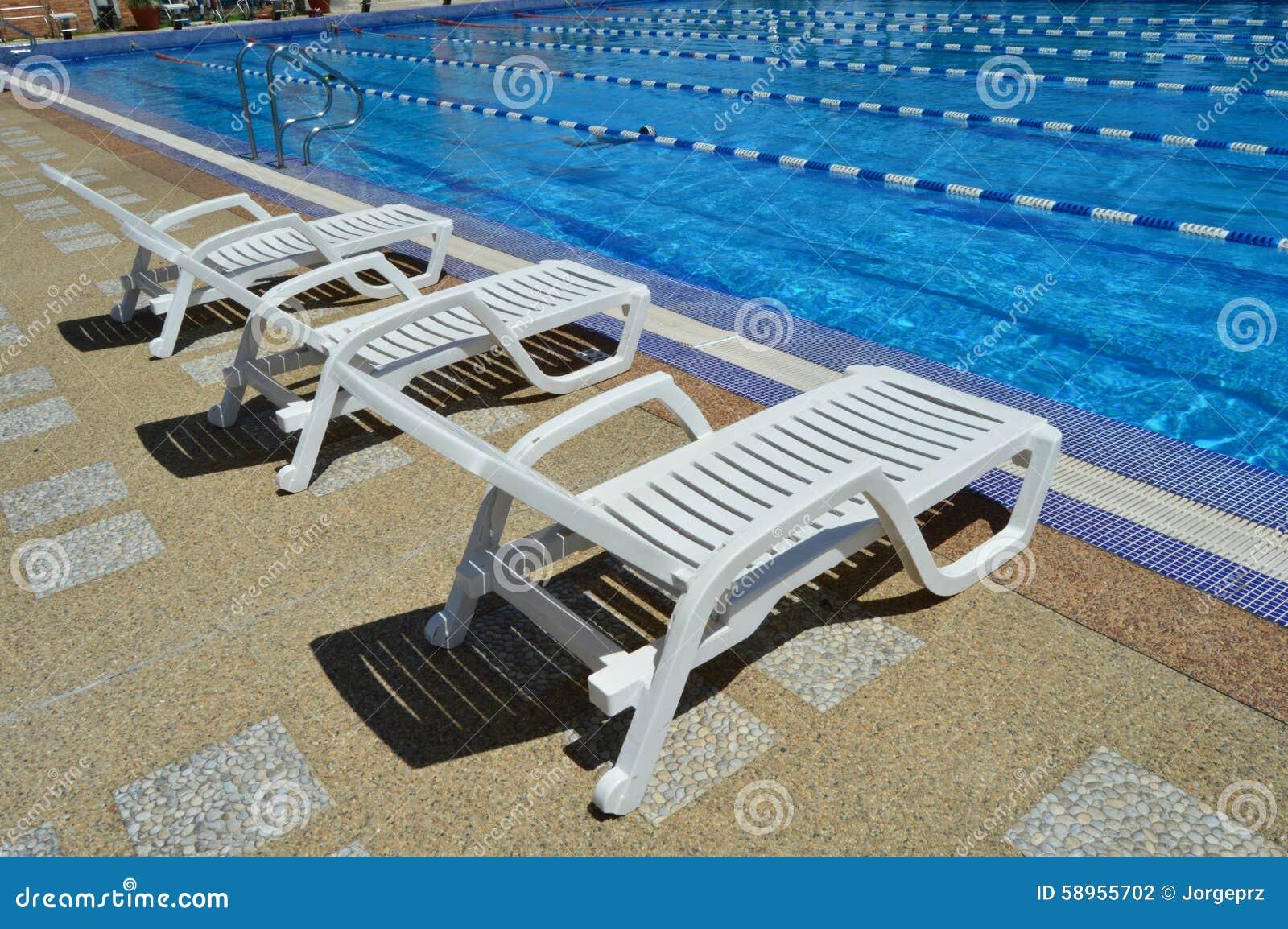 Sedie Bianche Usate : Sedie di resto dallo stagno fotografia stock immagine di d