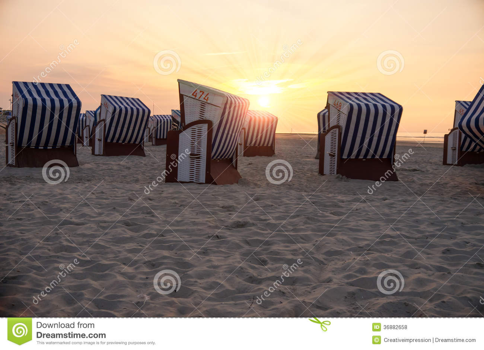 Download Sedie Di Spiaggia E Luce Solare Fotografia Stock - Immagine di associazione, cartolina: 36882658