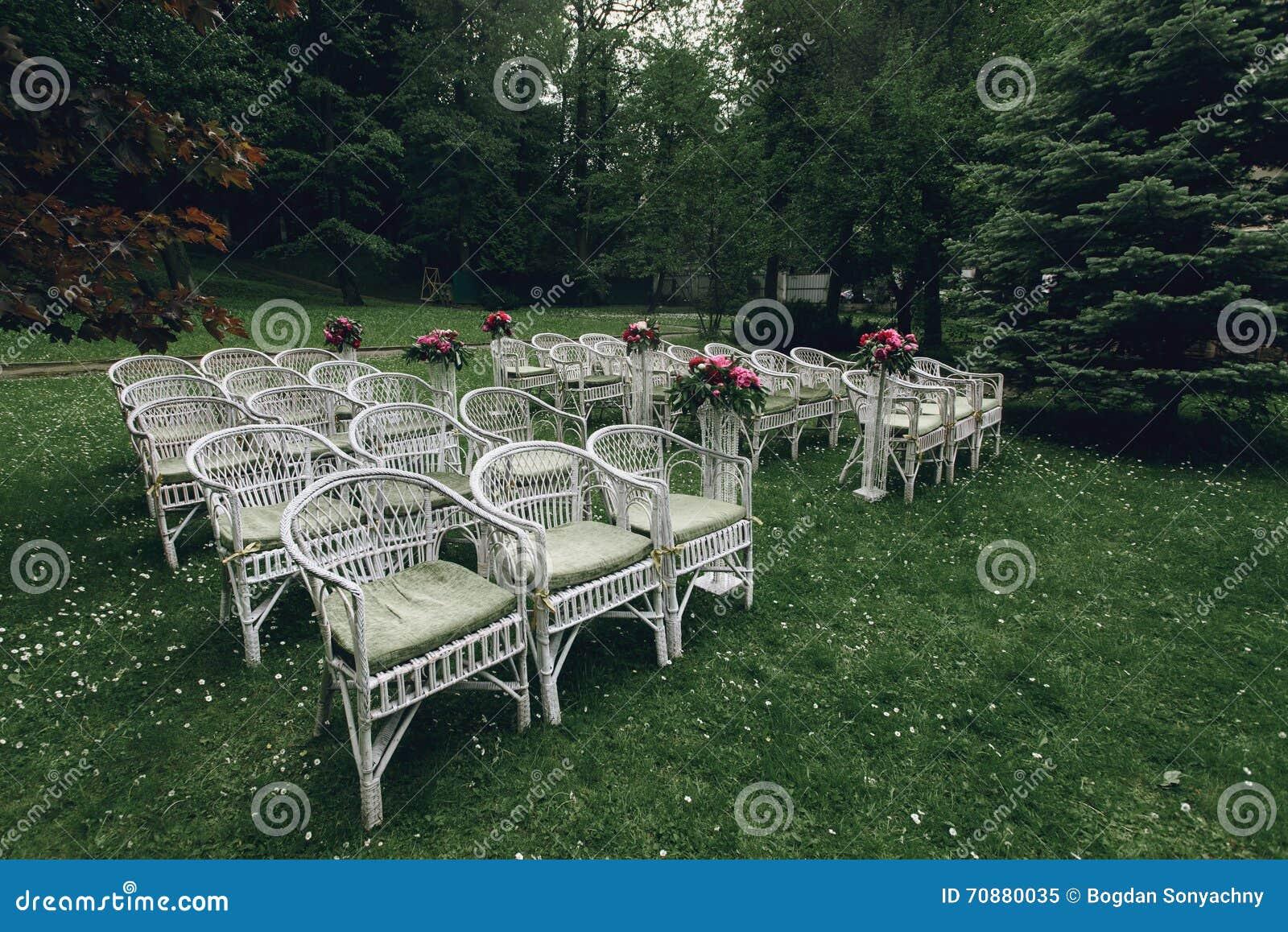 Sedie Bianche Eleganti : Sedie di vimini bianche alla moda eleganti d annata con i fiori