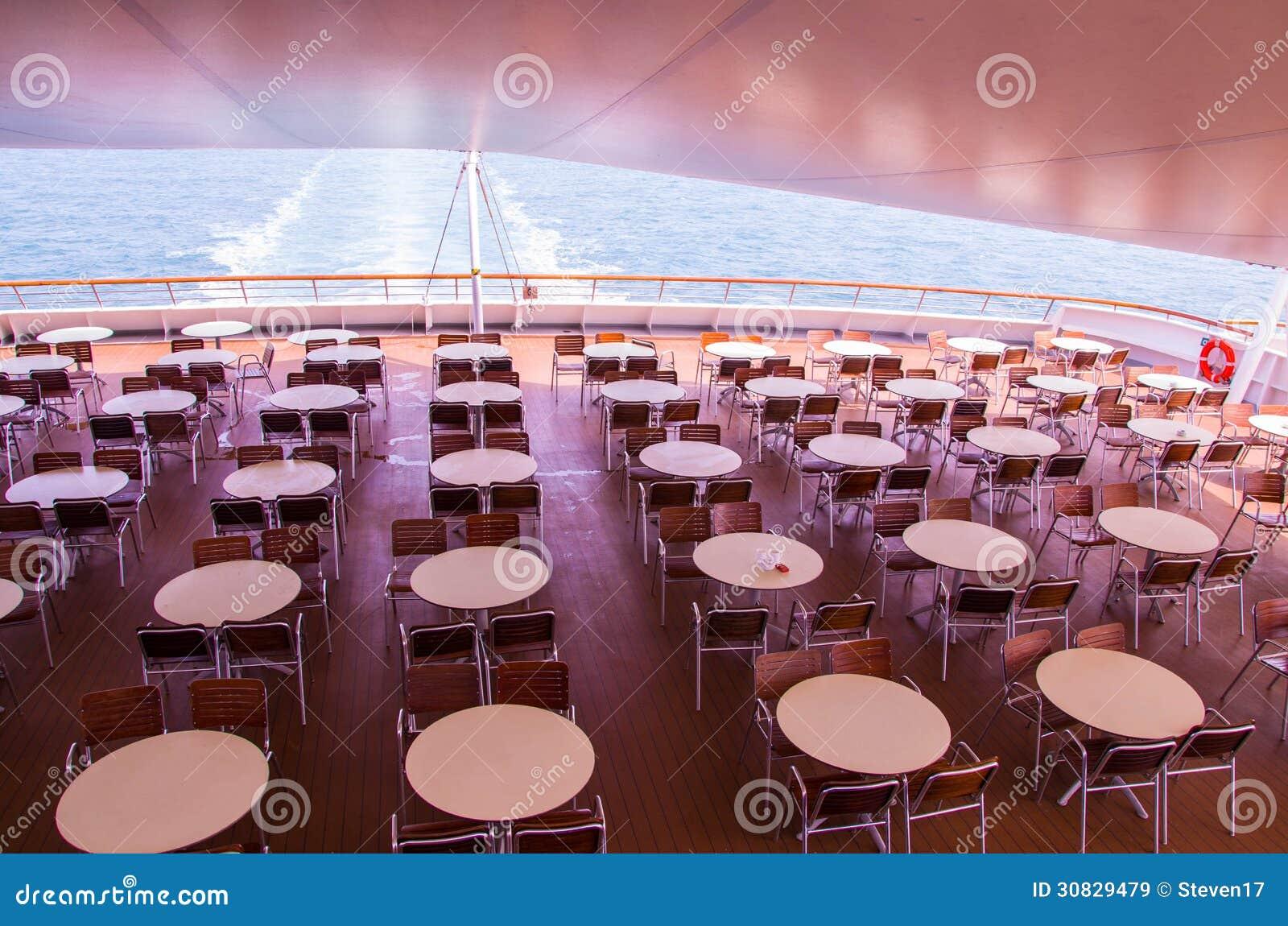 Sedie e tavole sulla piattaforma