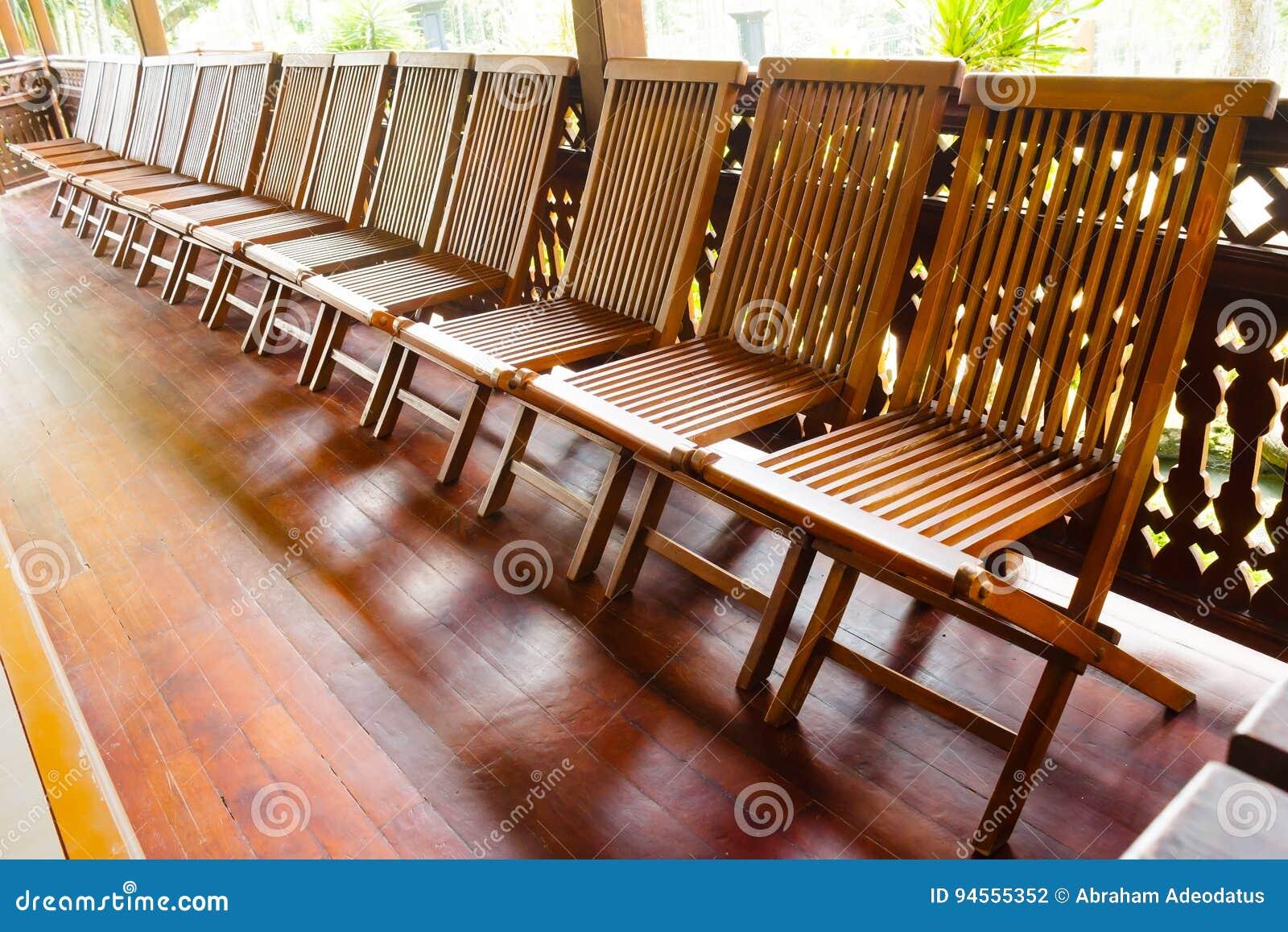 Sedie Pieghevoli Gialle : Sedie pieghevoli di legno sul pavimento di legno fotografia stock
