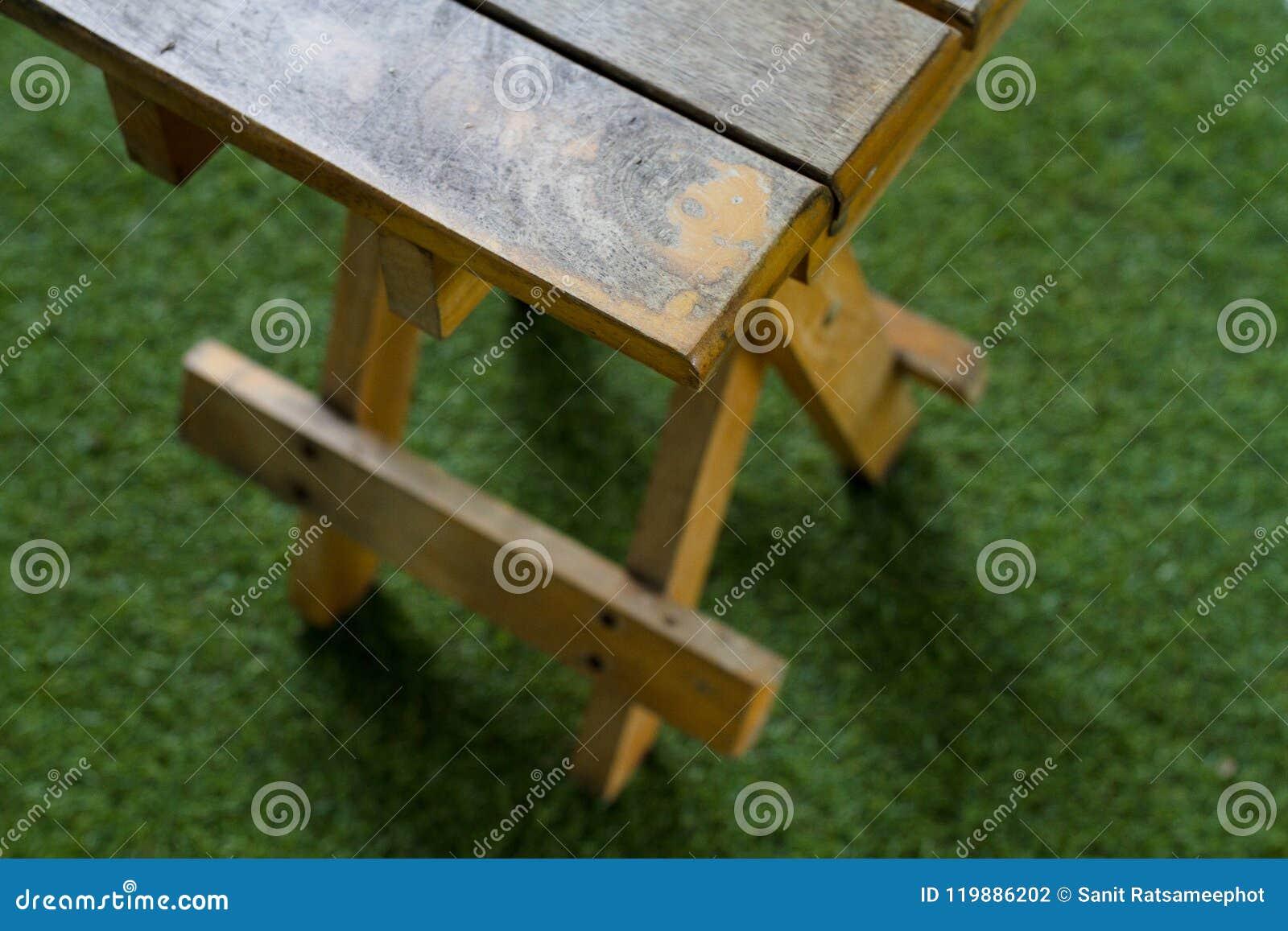 Sedie Pieghevoli Gialle : Sedie pieghevoli gialle anziane fotografia stock immagine di
