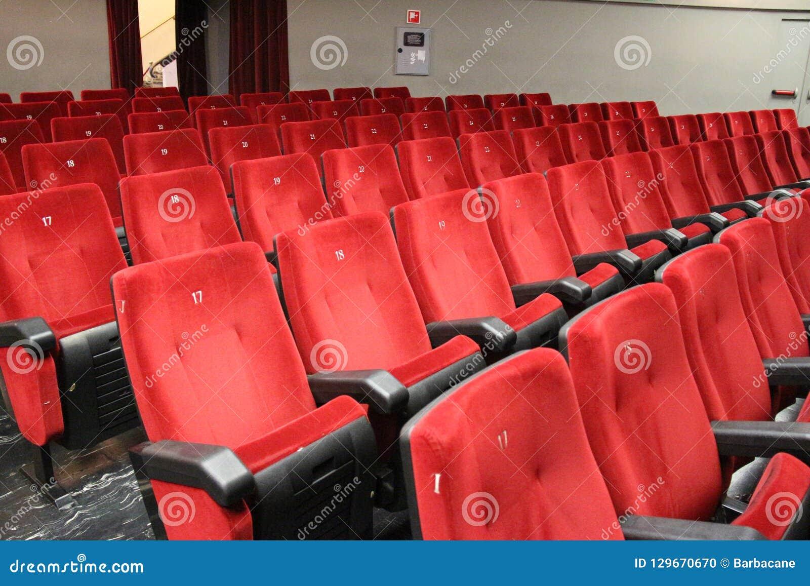 Teatro Le Sedie.Sedie Rosse Del Pubblico Del Teatro Fotografia Stock