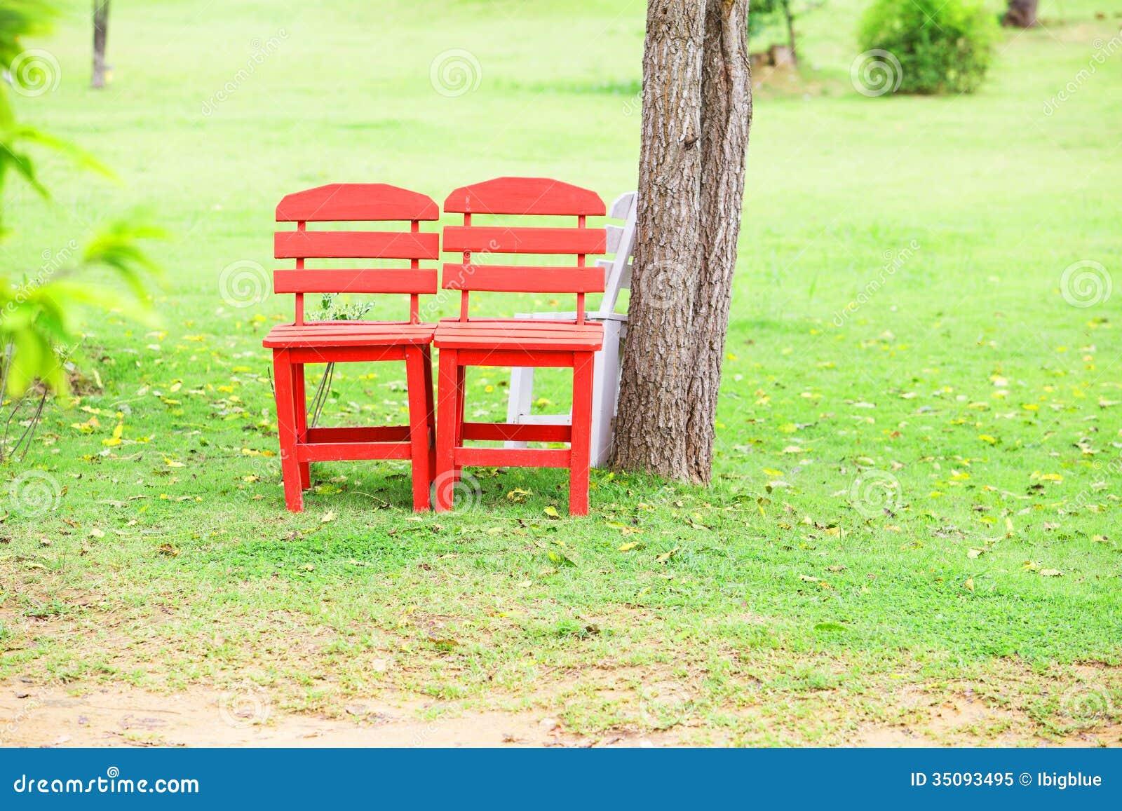 Sedie rosse di legno immagine stock immagine di floreale for Sedie in ecopelle rosse