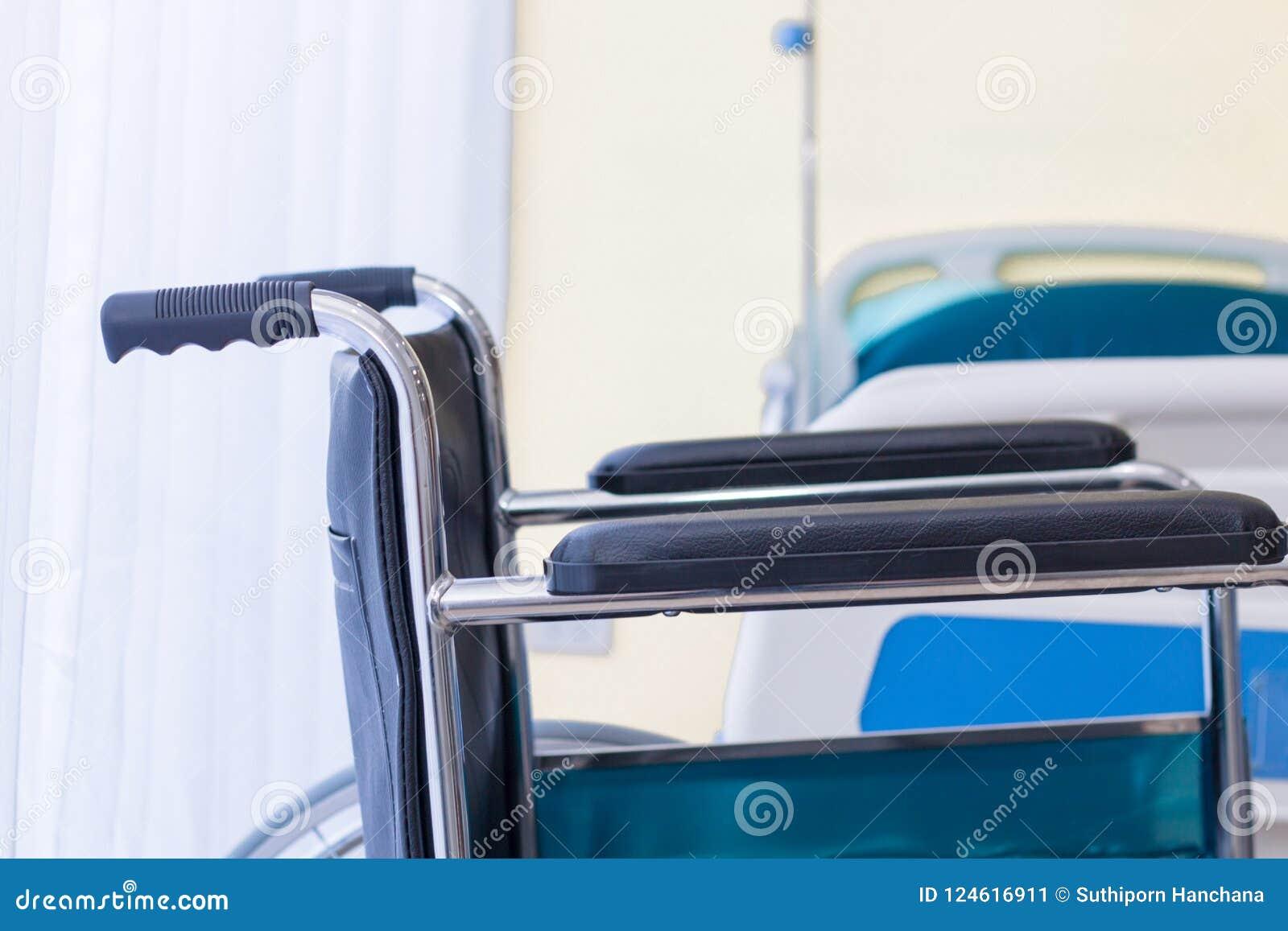 Sedie a rotelle che aspettano i servizi della stanza di ospedale con la luce del sole