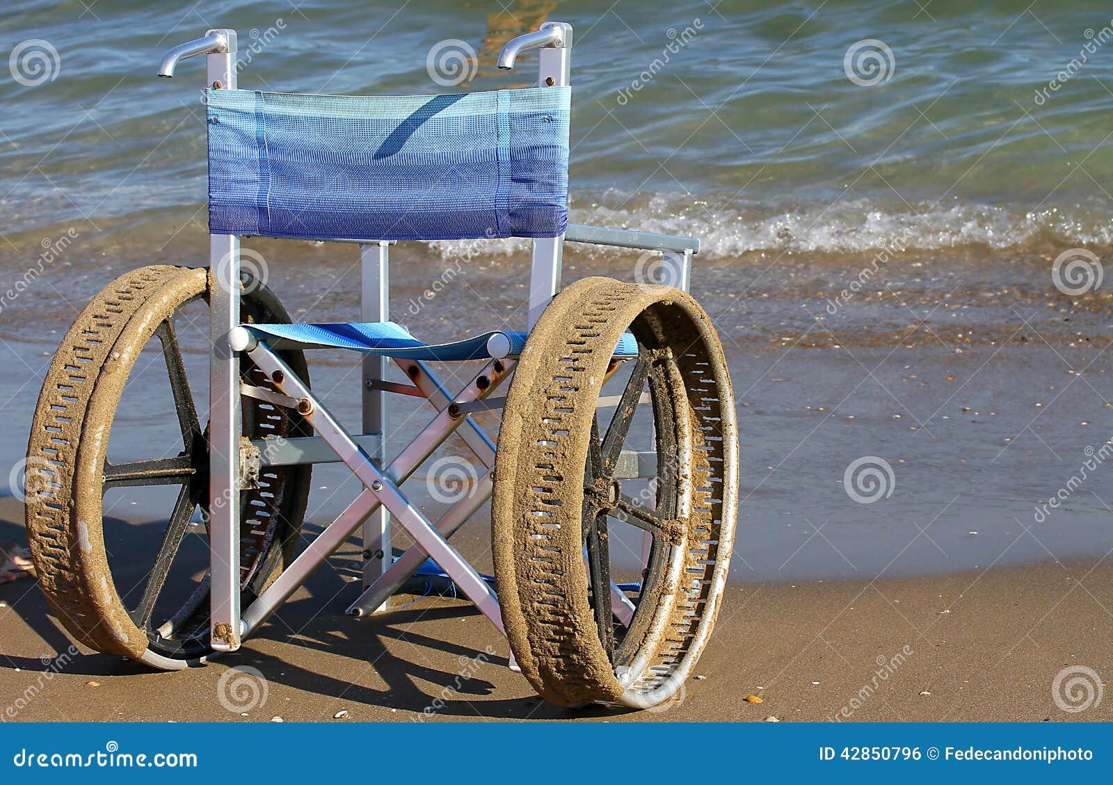 Sedie A Rotelle Per I Disabili Sulla Spiaggia Fotografia ...