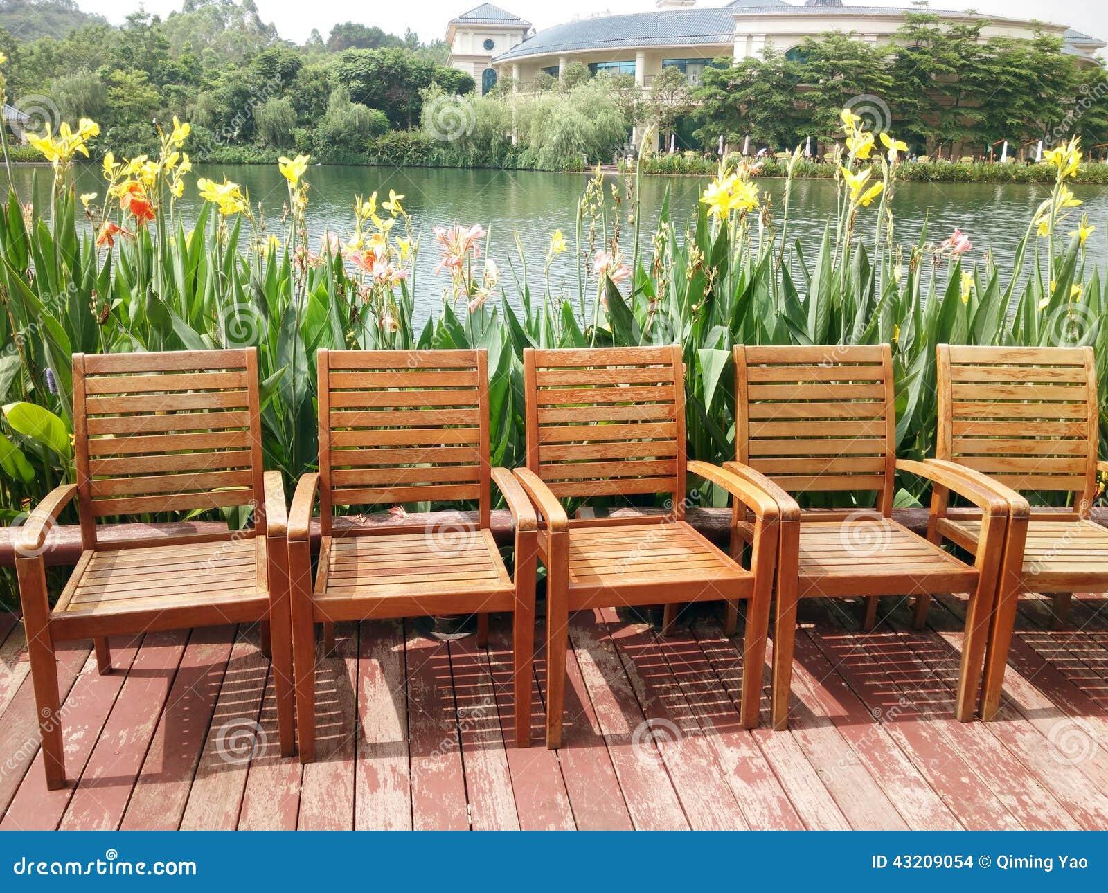 Sedie vicino al lago fotografia stock immagine di fiore for Sedie lago prezzi
