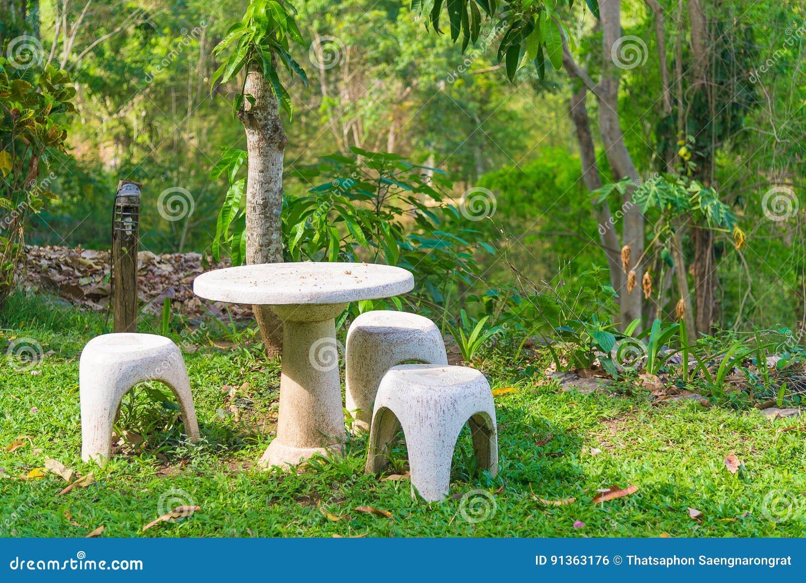 Sedile Di Giardino Della Pietra O Della Tavola Della Pietra E Banchi