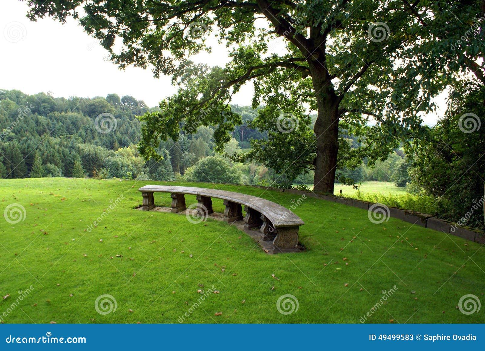 Sedile Di Pietra Scolpito In Un Giardino Immagine Stock Immagine