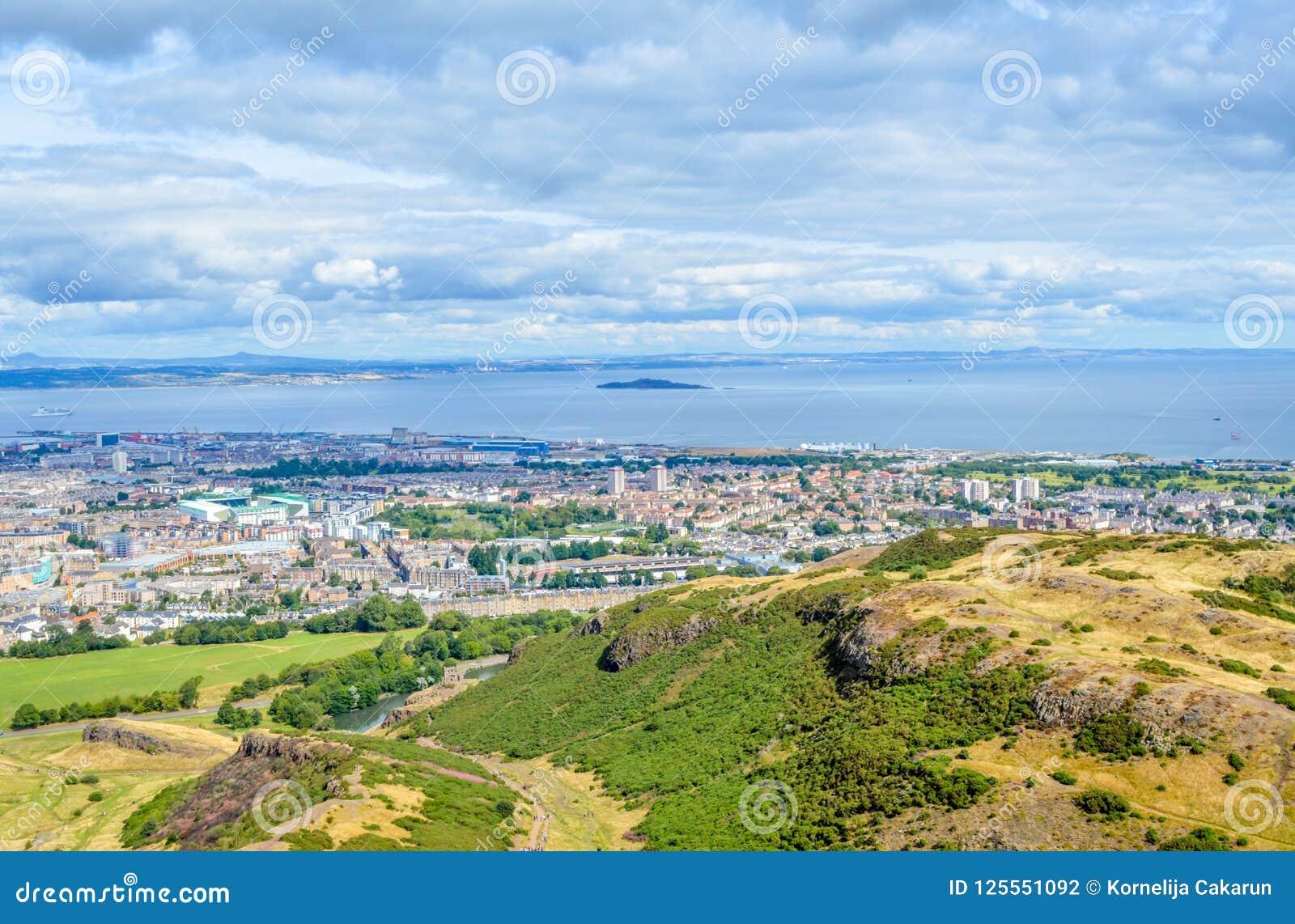 Sedile, Edimburgo, la Scozia - la vista dell estuario di avanti e Inchkeith del ` s di Arthur