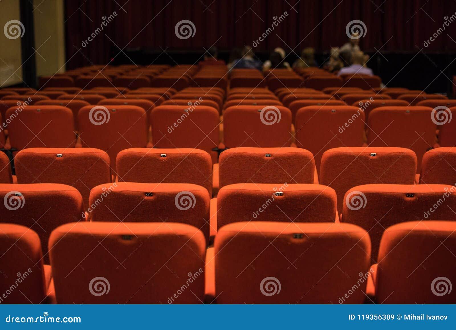 Teatro Le Sedie.Sedili Del Teatro E Sedie Rosse Dentro Immagine Stock