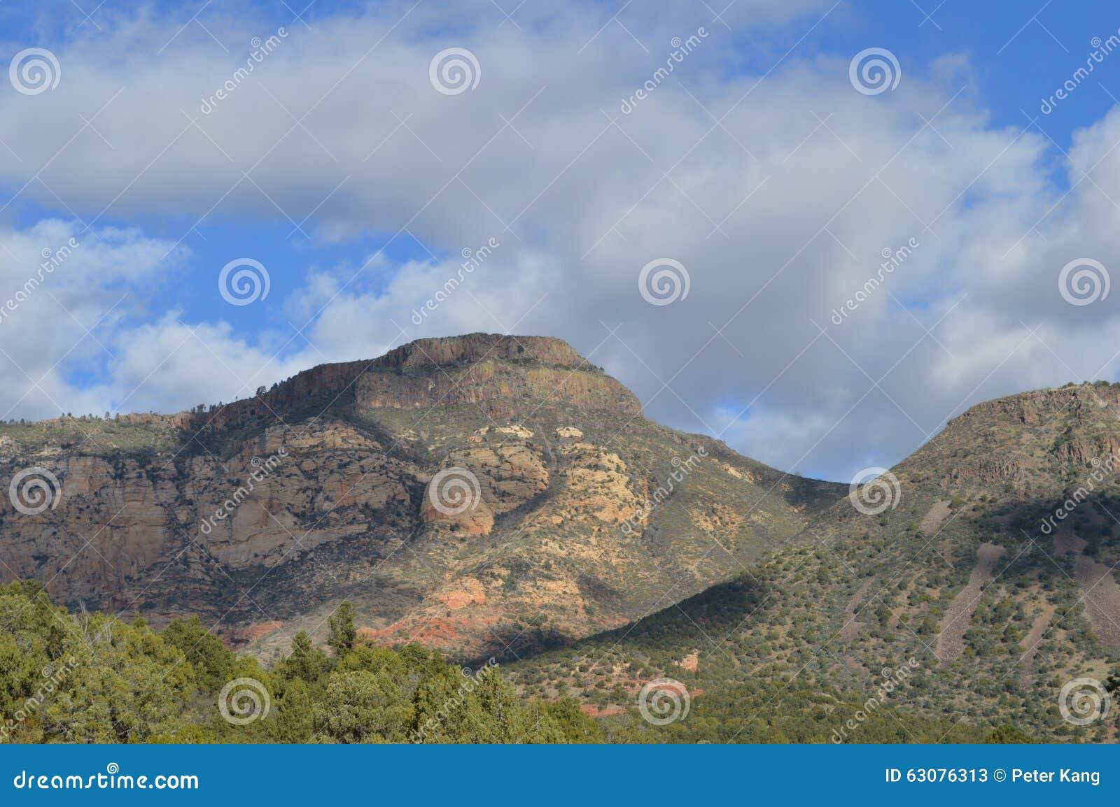 Download Sedona Moutains image stock. Image du cuivre, nuages - 63076313