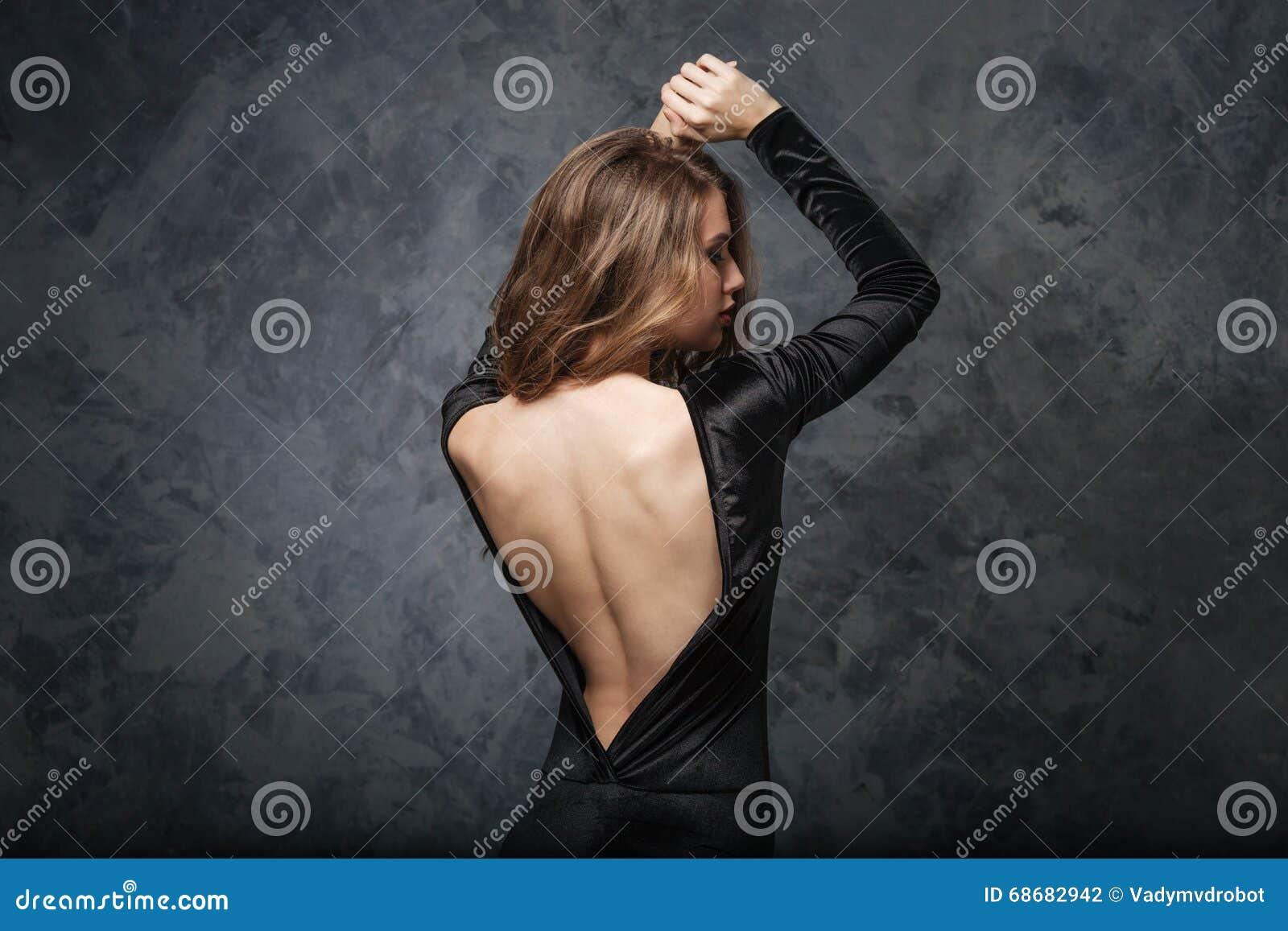 Фото девушка в сером платье со спины