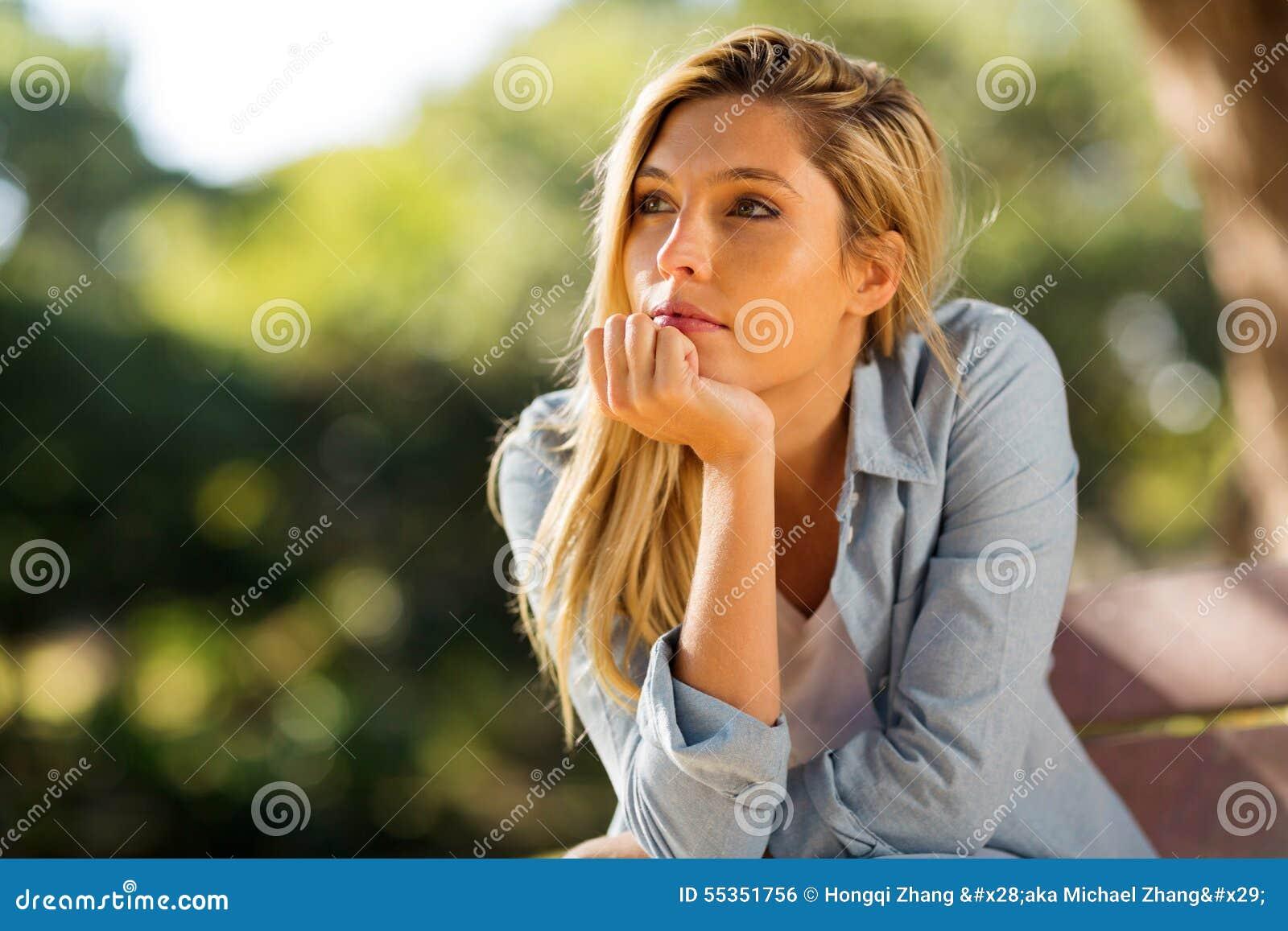Seduta della donna sola all aperto